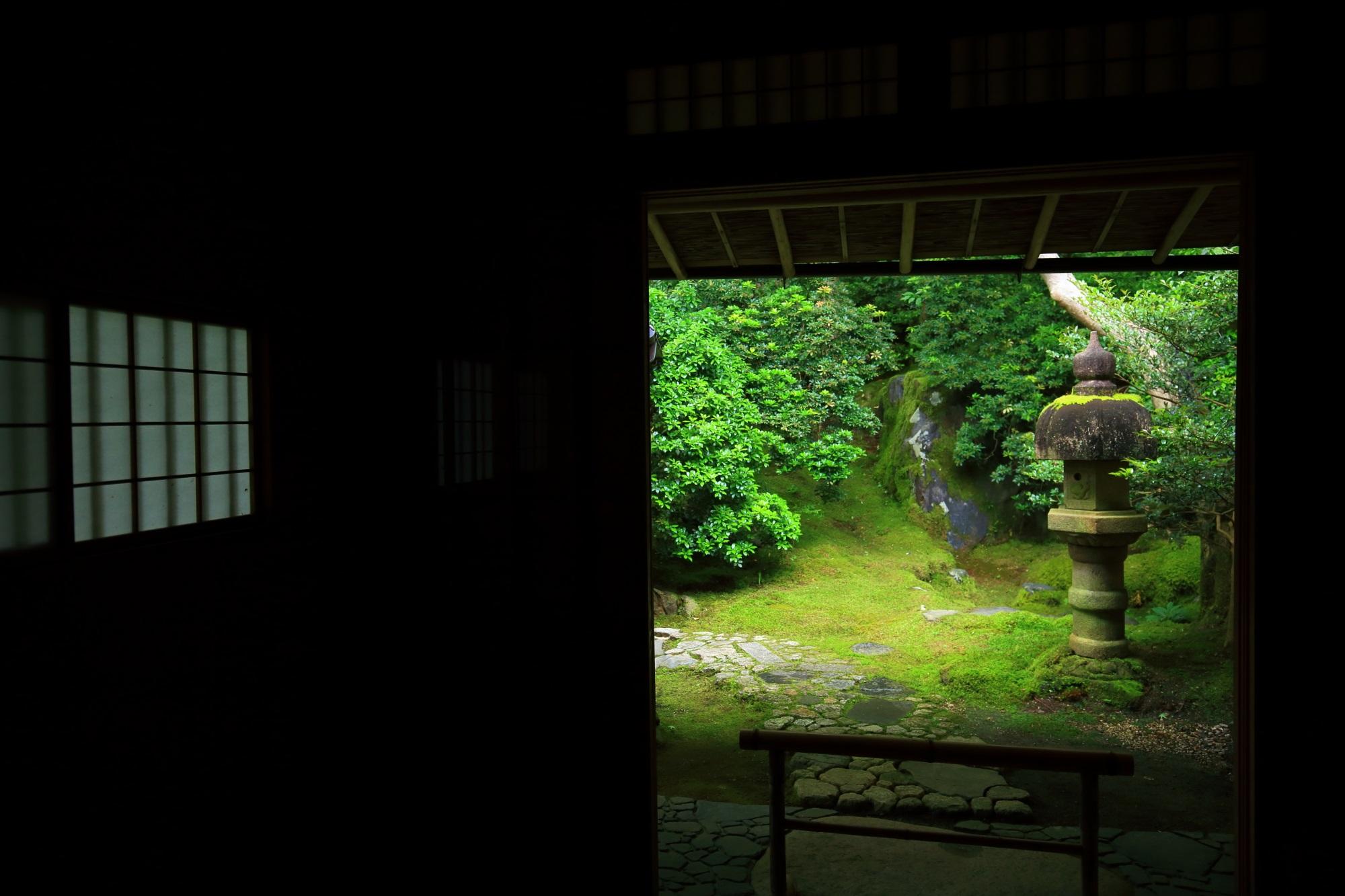 瑠璃光院の喜鶴亭前の美しい苔と灯籠