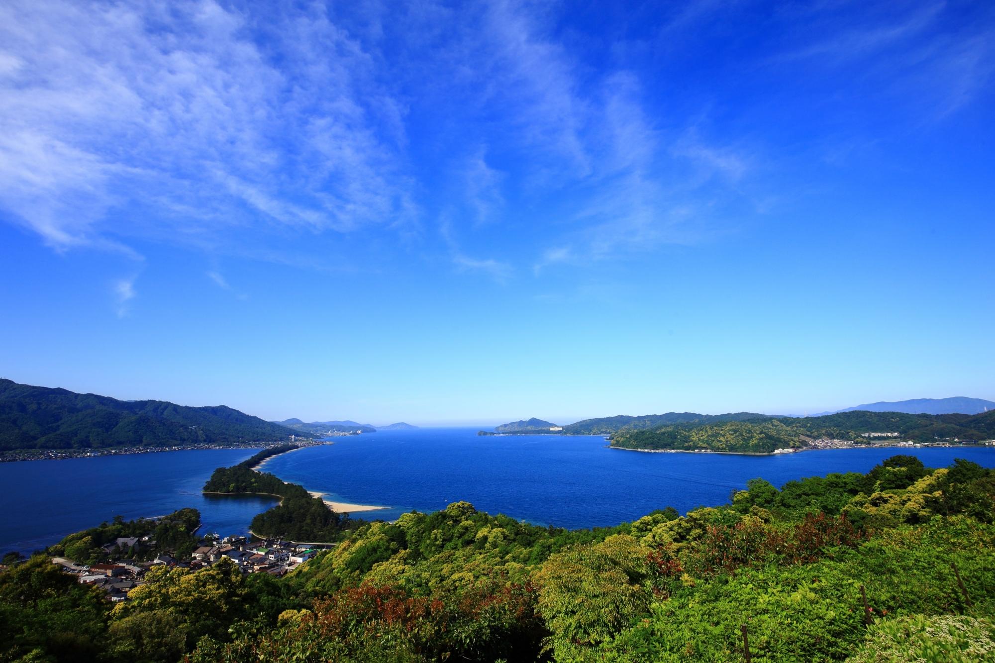 緑の綺麗な山々に囲まれた宮津湾と天橋立