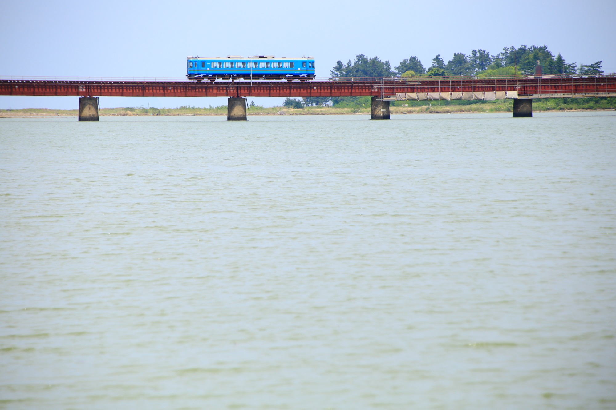 海を走る京都丹後鉄道と由良川橋梁