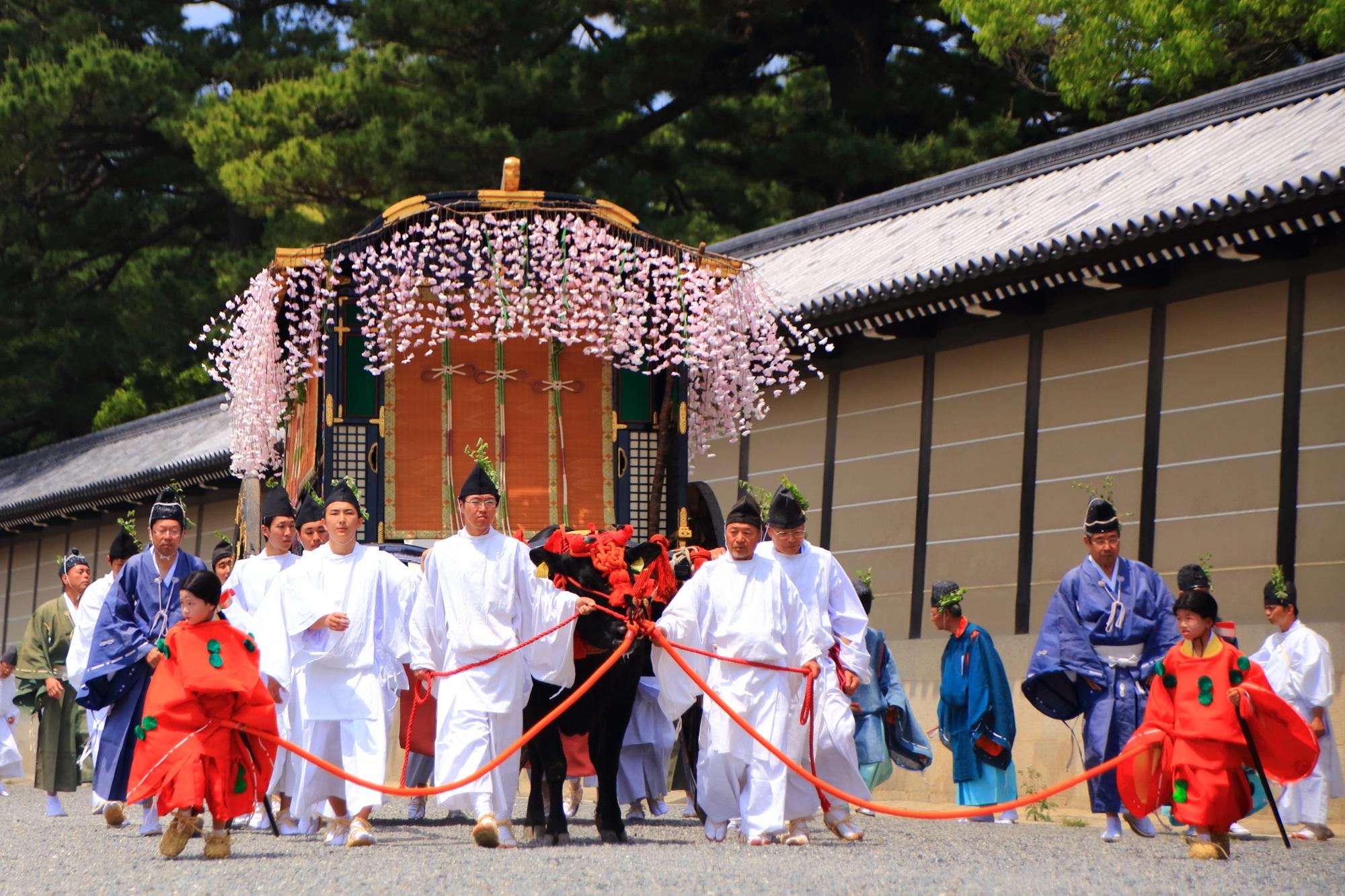 葵祭の華やかな牛車