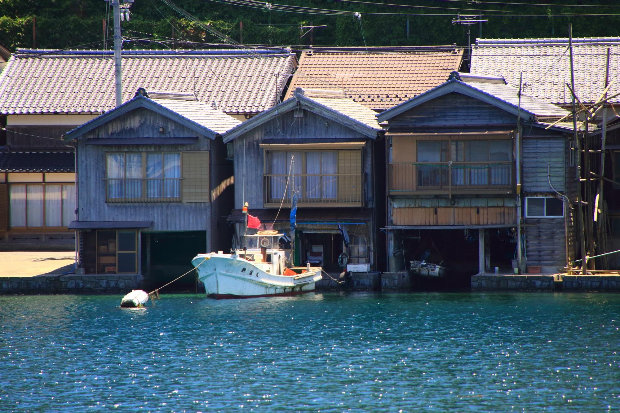 潮の満ち引きなどで沈んでしまわないかなど考えてしまう伊根の舟屋