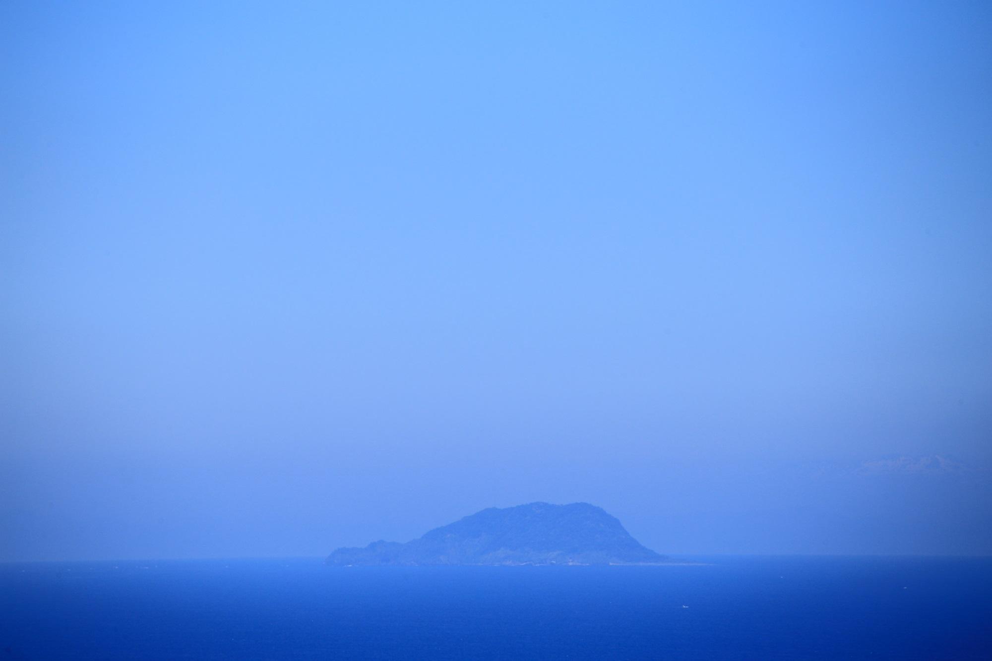 傘松公園から遠くに見える遠くに見える冠島と沓島