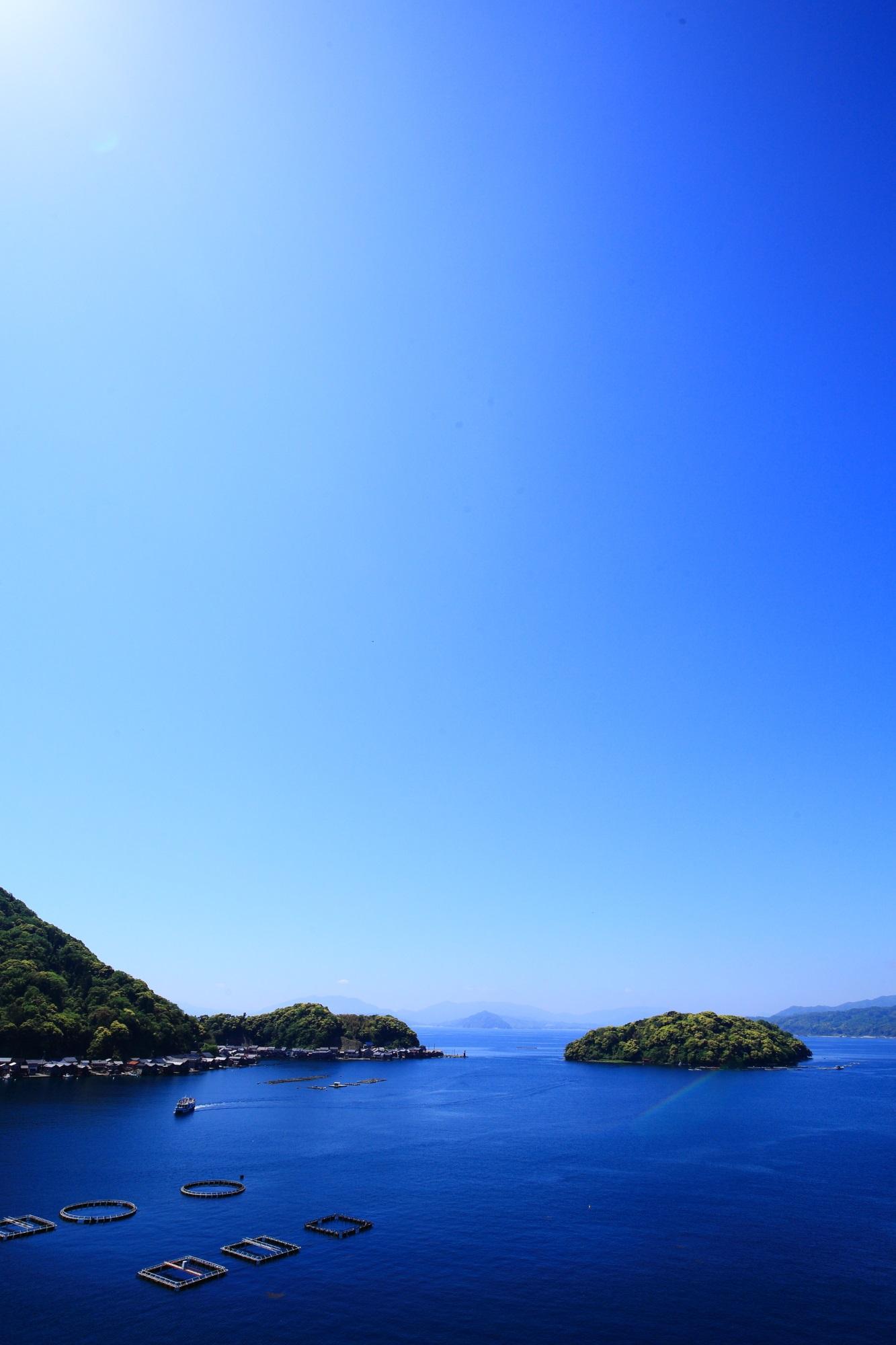 素晴らしい青空の下の見事なコバルトブルーの伊根湾
