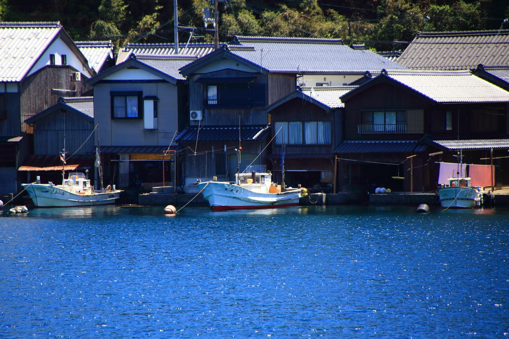 1階は船着場になっている2階建ての舟屋