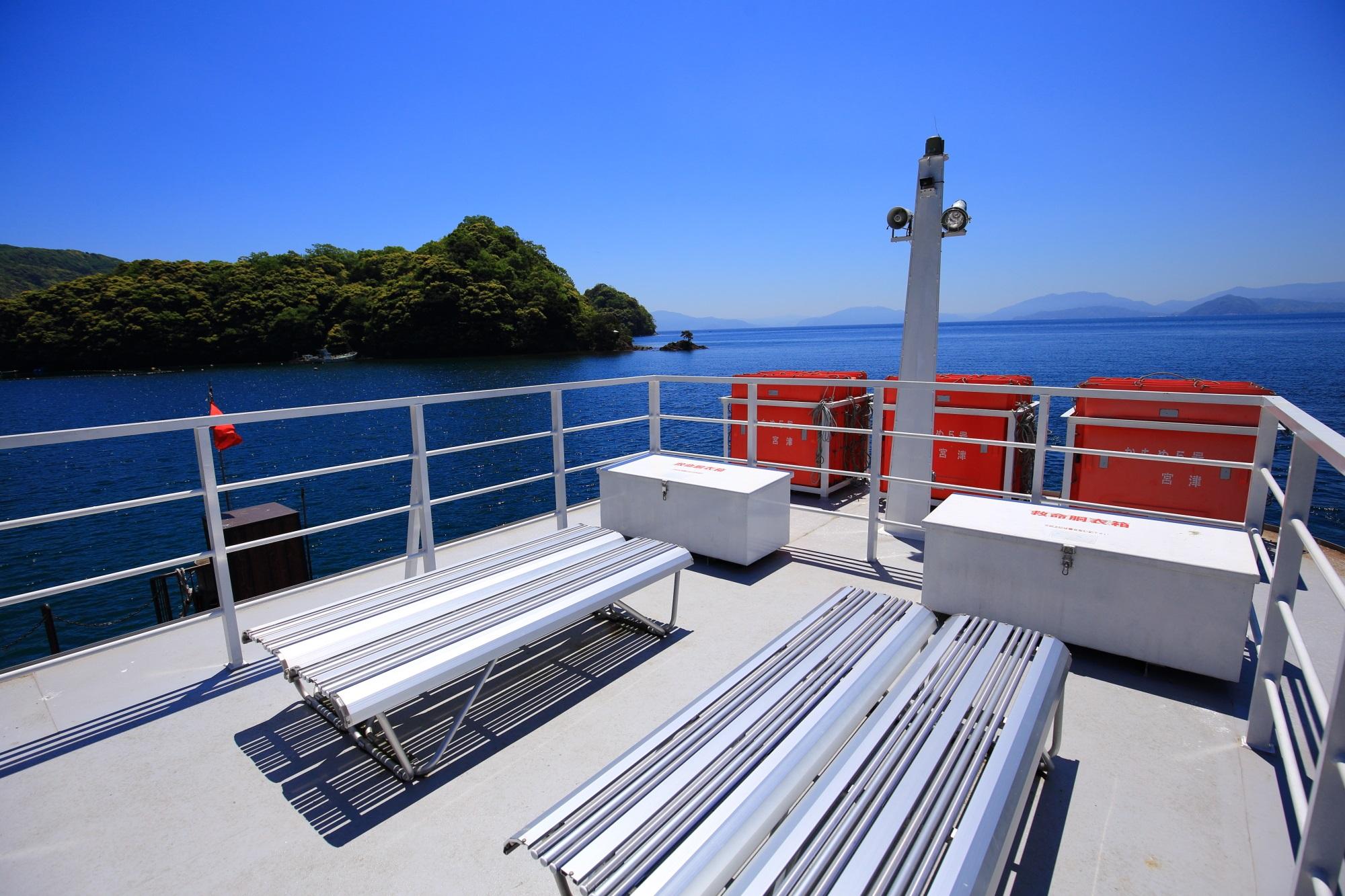 デッキには十分な広さがある伊根湾巡りの遊覧船