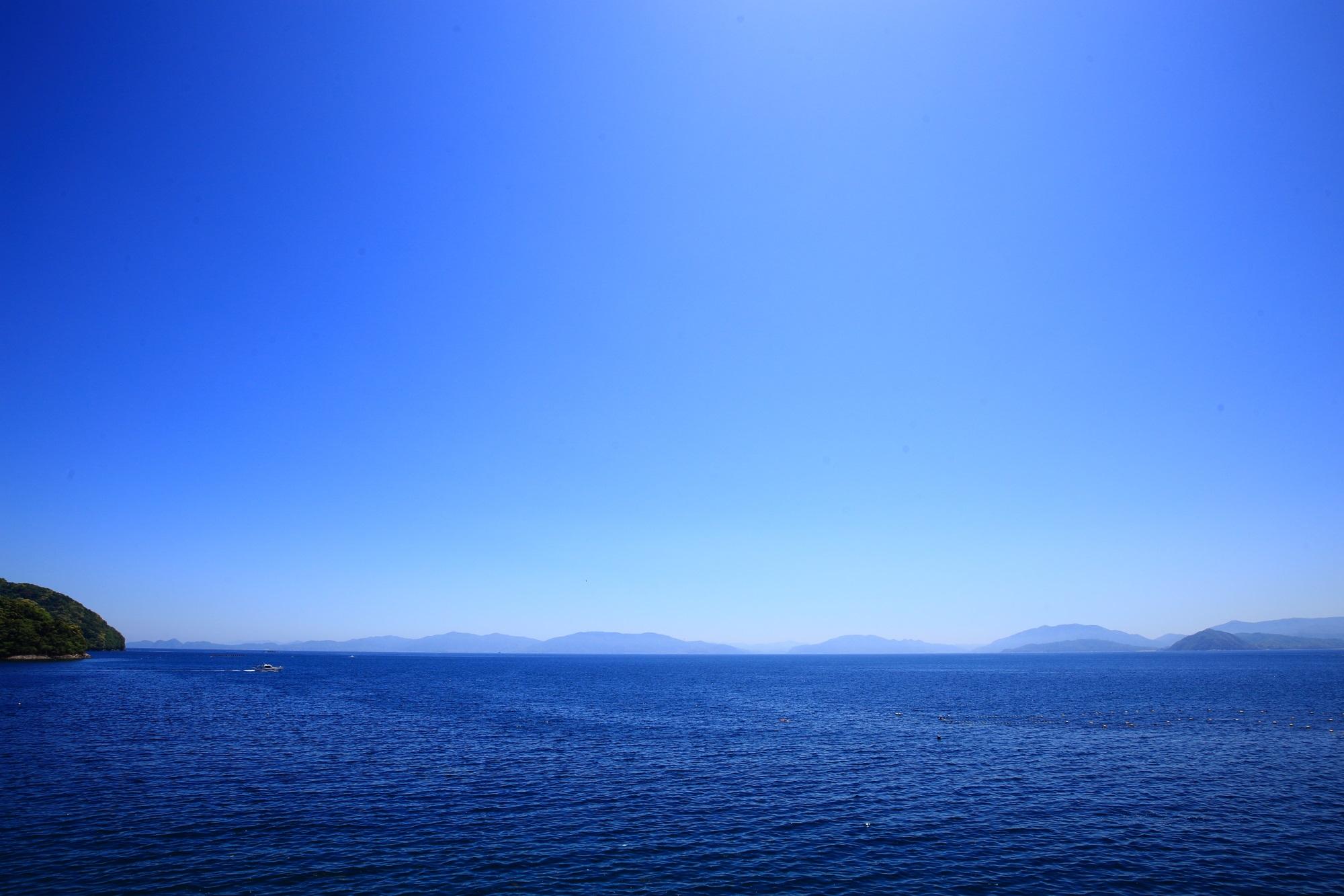 伊根町の広がる青い海と青い空