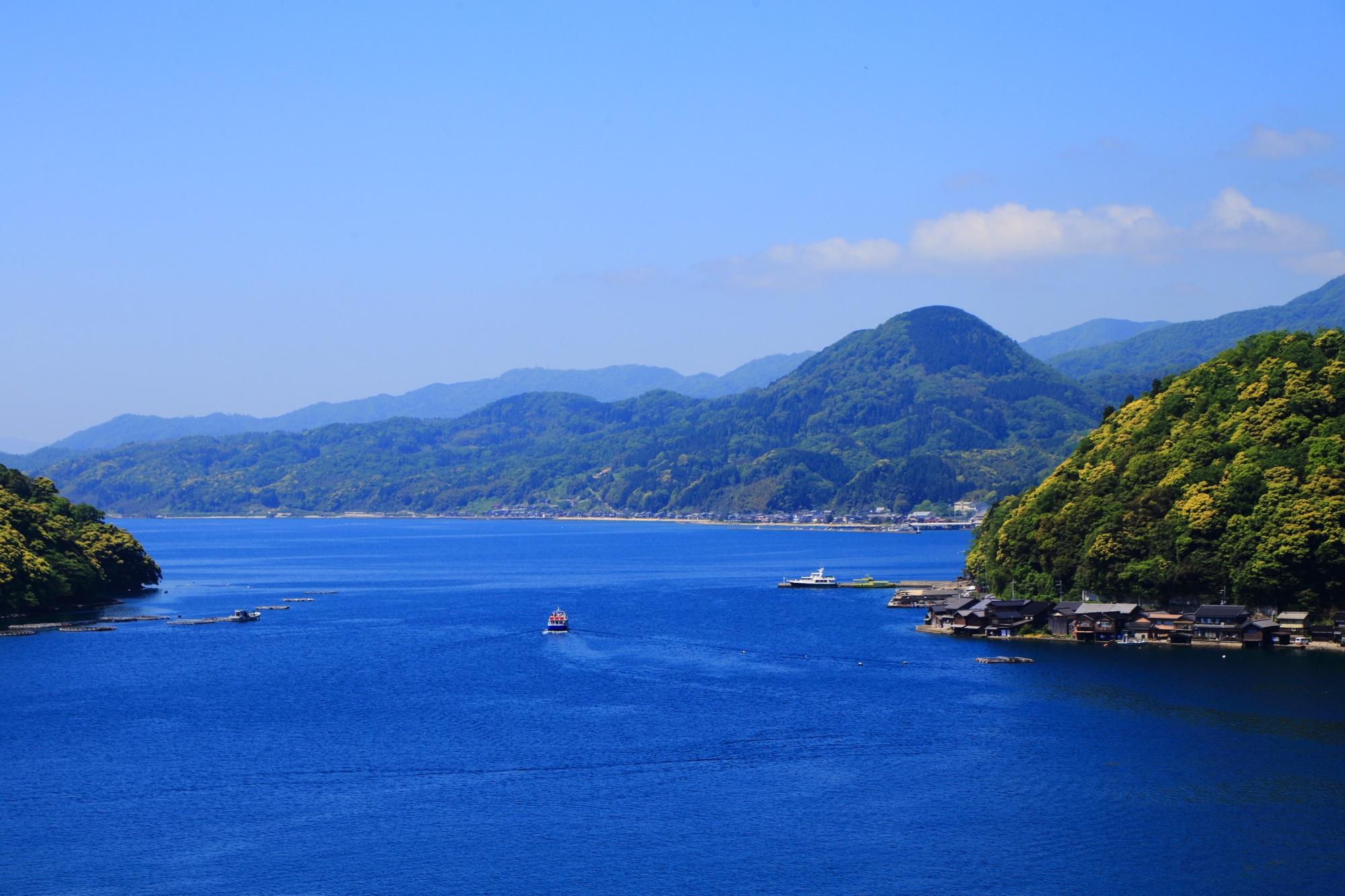 緑の山に囲まれた穏やかな青い海