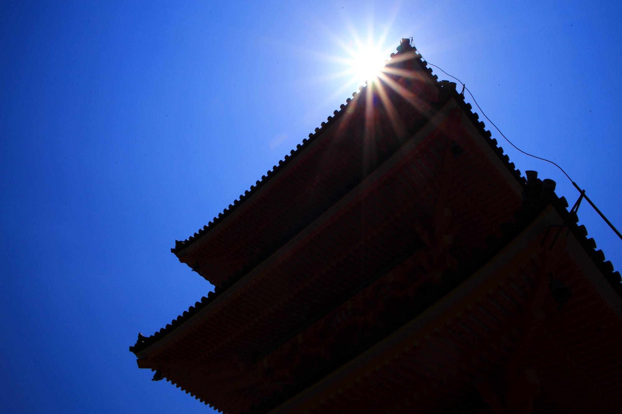 清水寺の三重塔と太陽と空