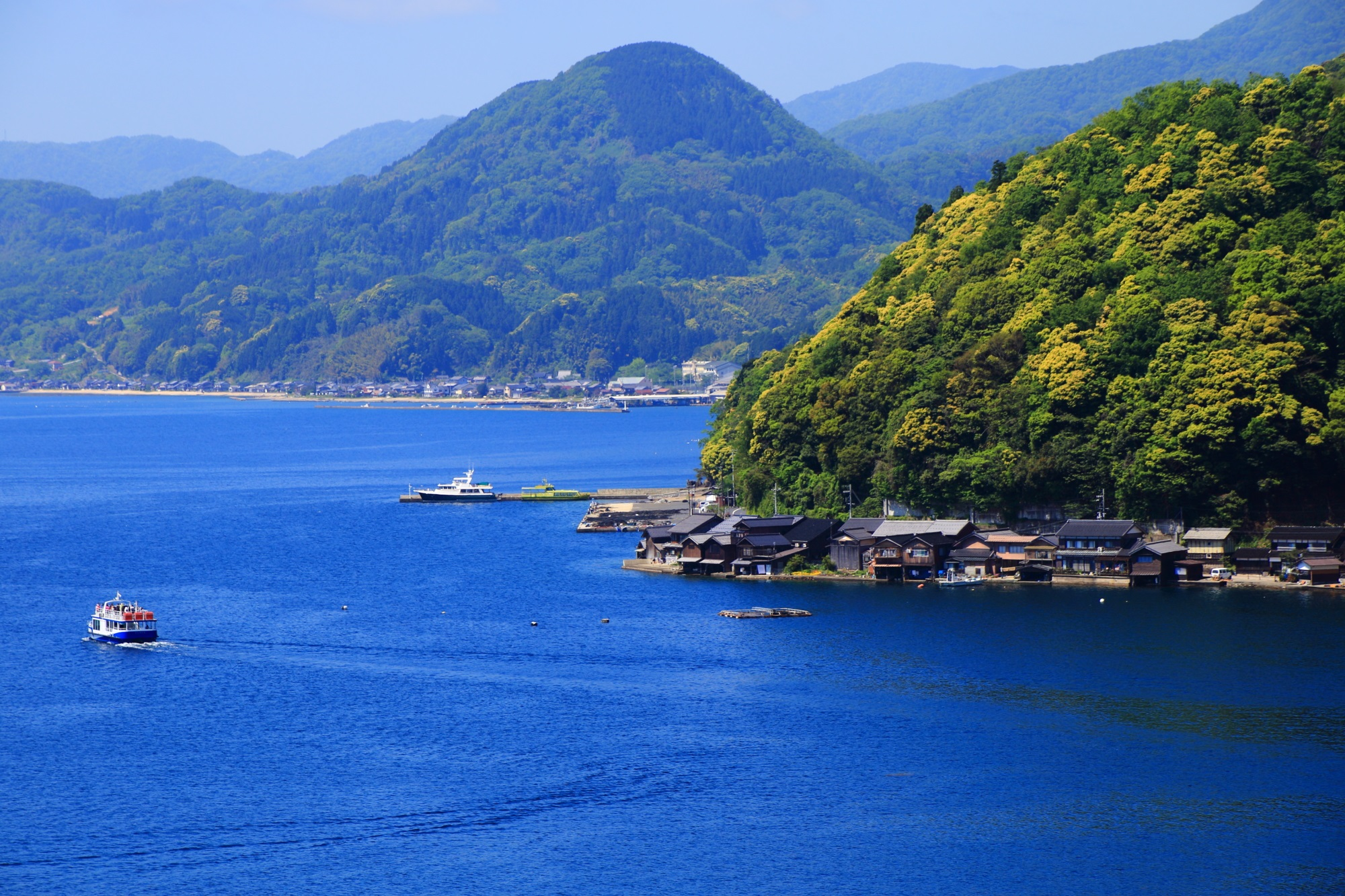 伊根湾を行き来する遊覧船や漁船
