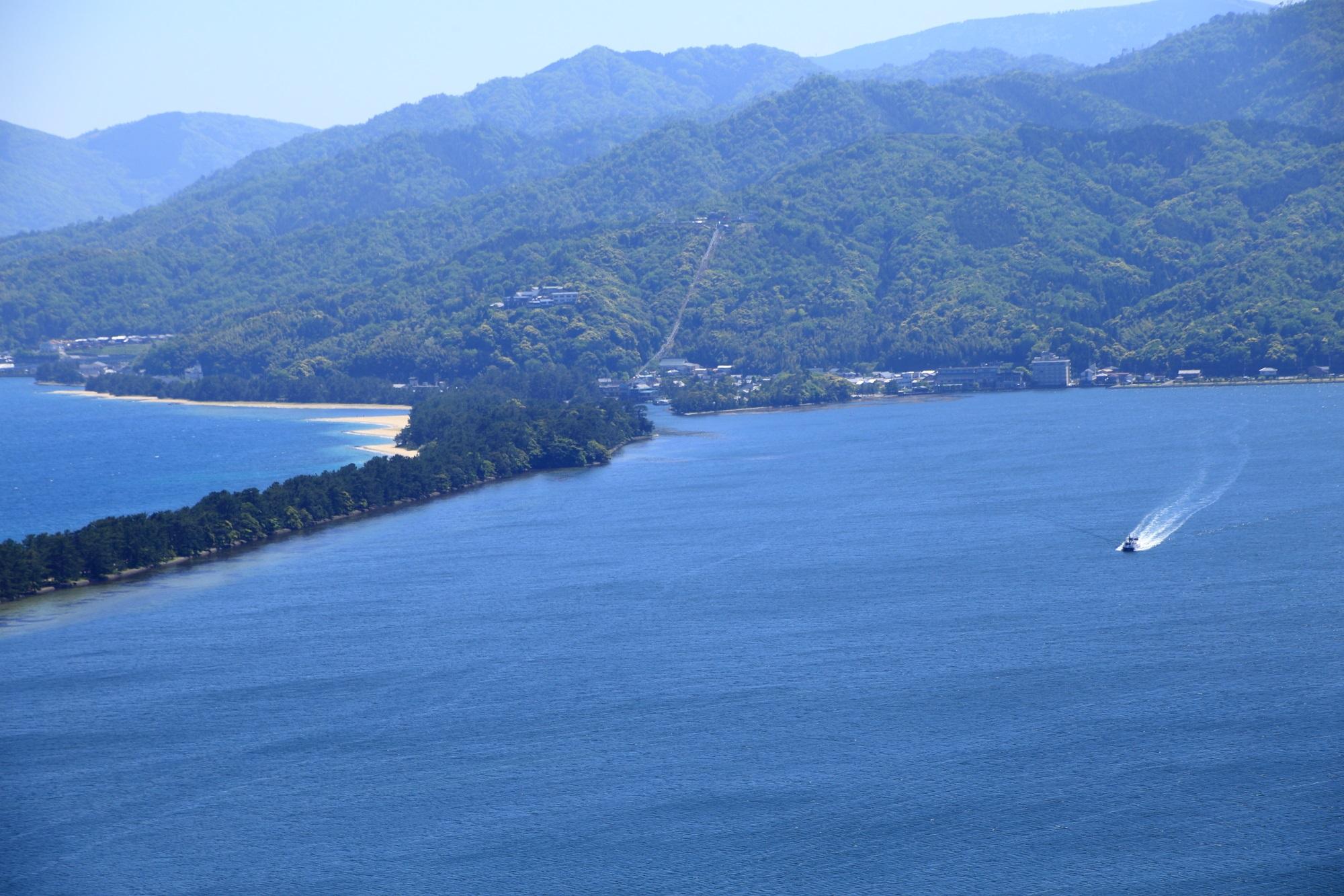 穏やかな阿蘇海と宮津湾を分ける天橋立