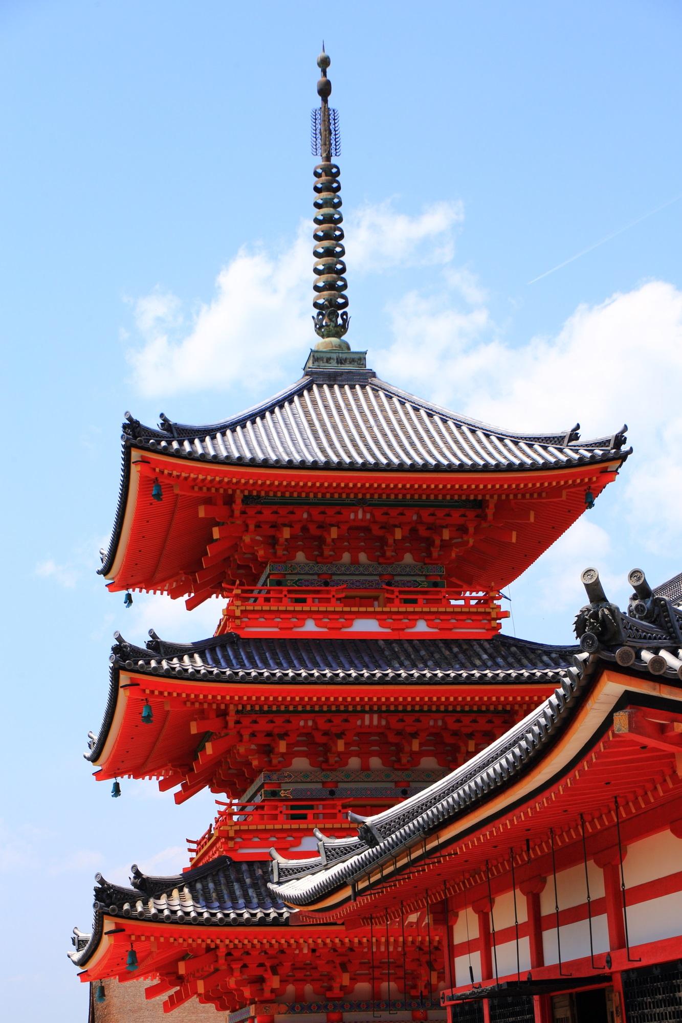 清水寺の見事な朱色の三重塔