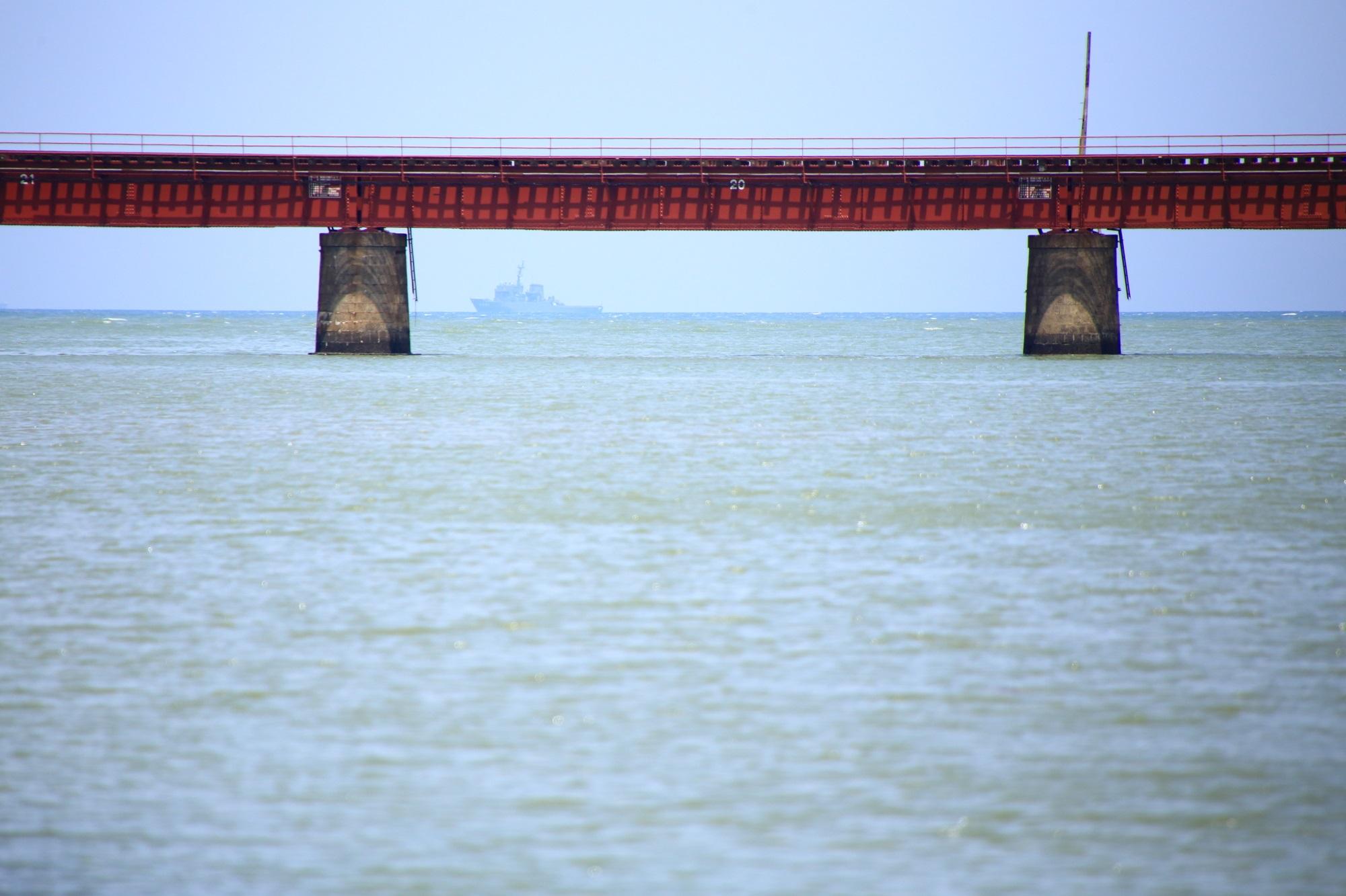 海の京都の由良川橋梁と船