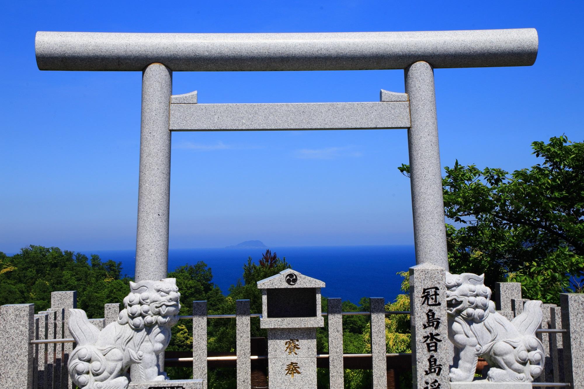 鳥居の奥から厳かな雰囲気が伝わってくる傘松公園の冠島沓島遥拝所