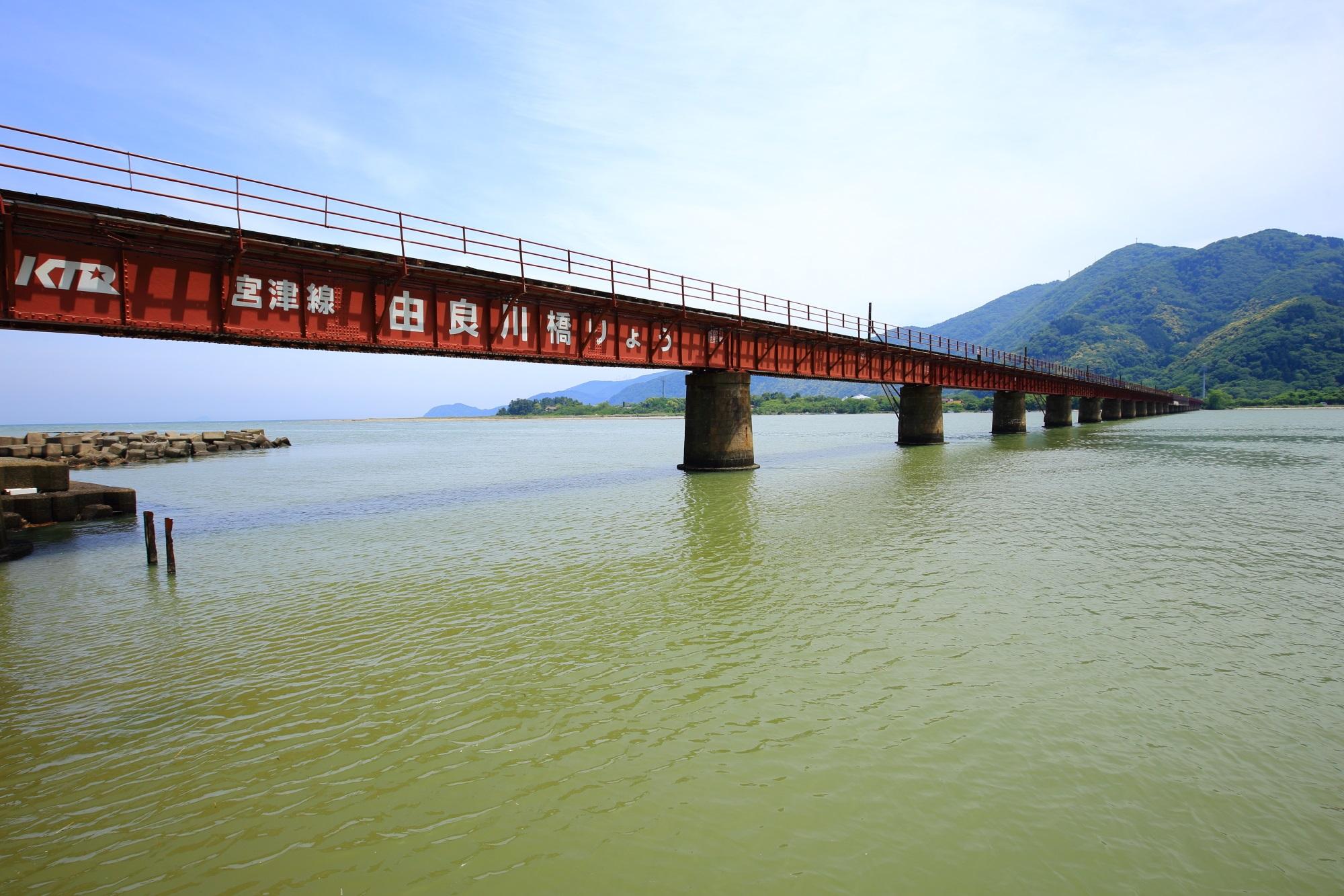 海を走る京都丹後鉄道の由良川きょうりょう