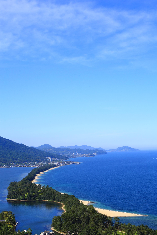 青空の下の素晴らしい天橋立と青い海