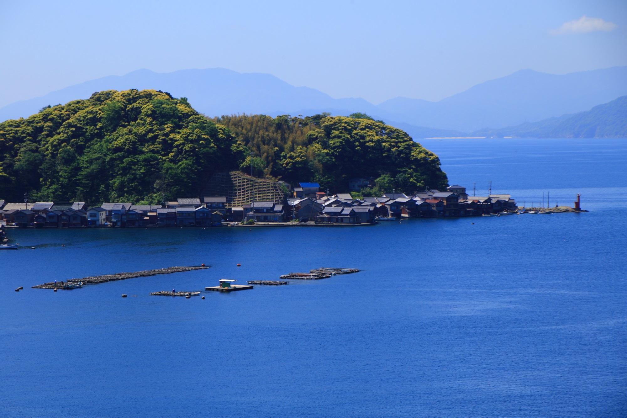 びっしりと舟屋が建ち並ぶ伊根湾の海辺