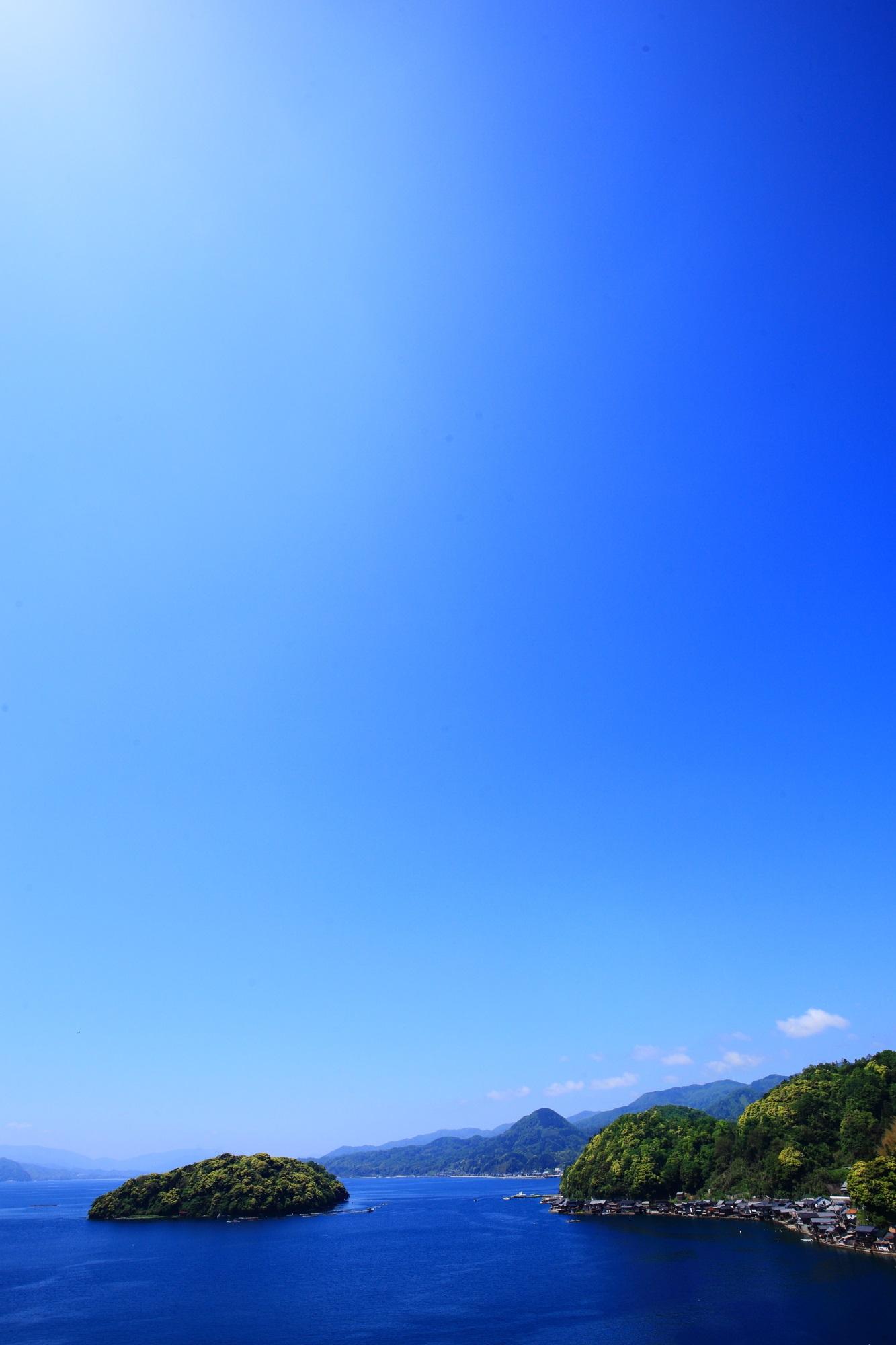 舟屋の里公園から眺める伊根湾の最高の青空と最高の青い海