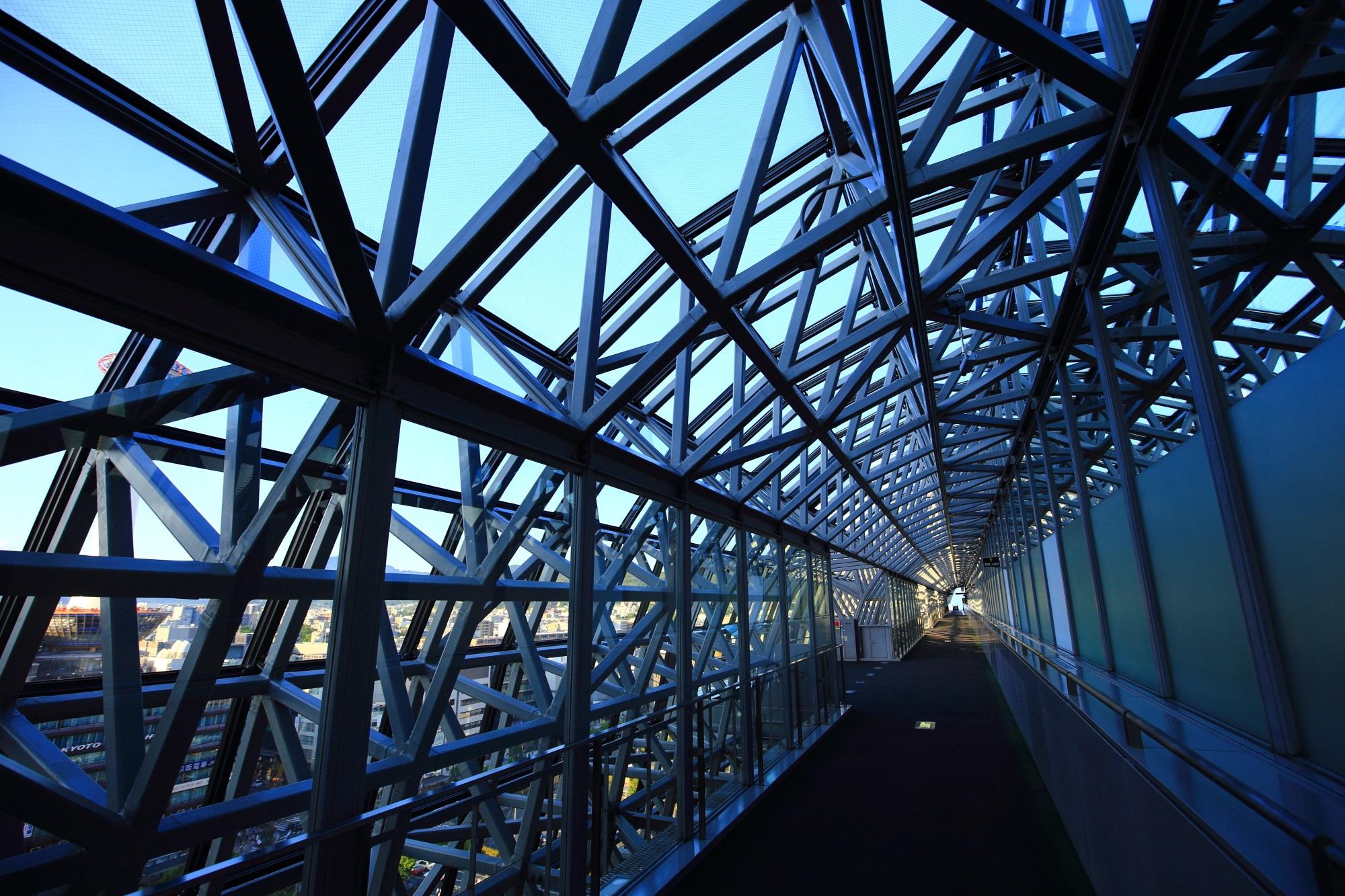 空中経路 駅ビル ガラス張り 青空
