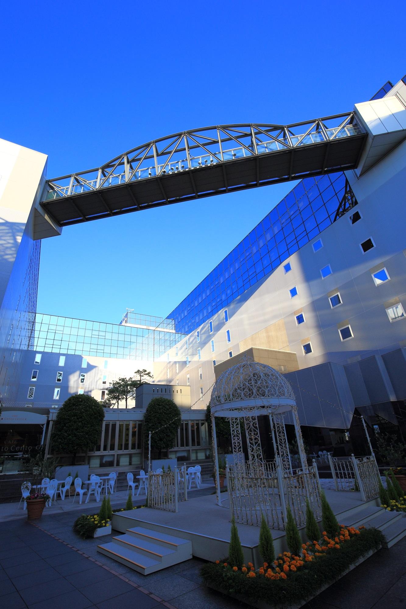 駅ビルのイベントの東広場と青空