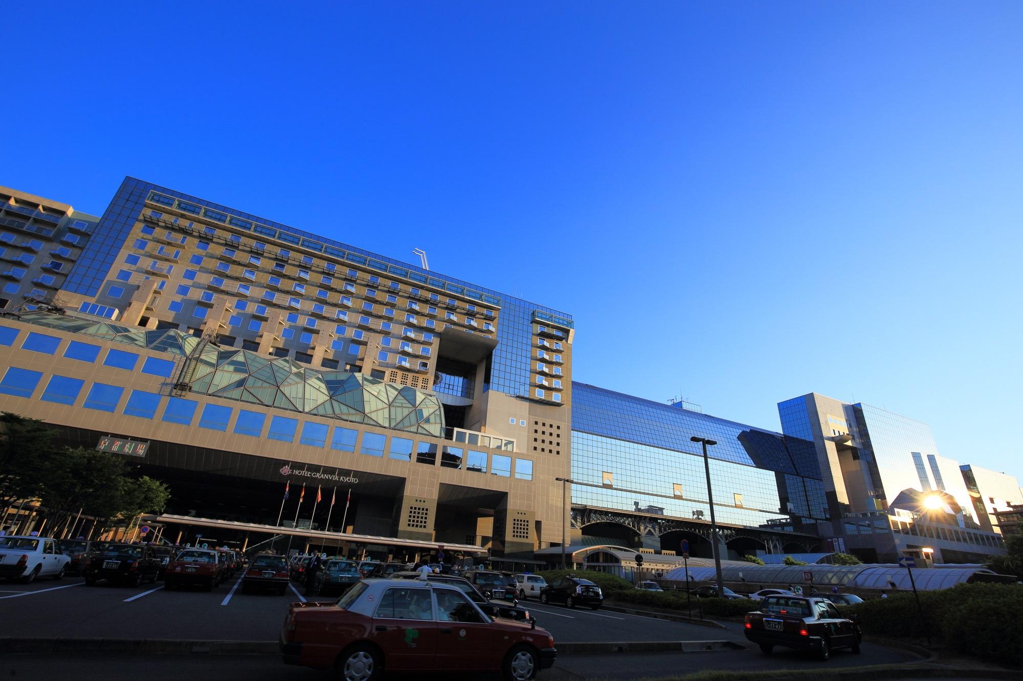 駅ビルの美しい青空と夕陽と八坂タクシー
