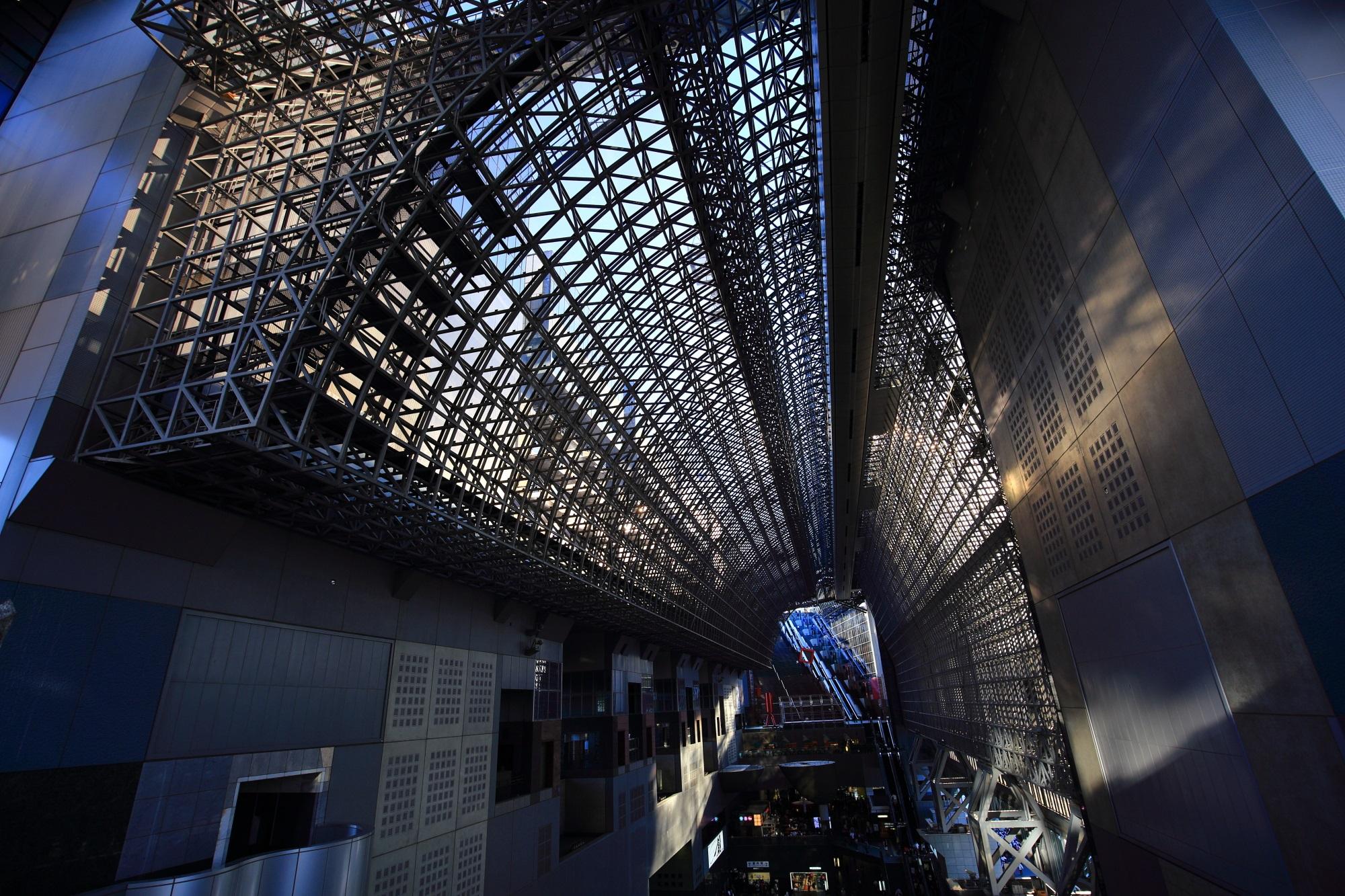 駅ビルの綺麗なガラスと大階段