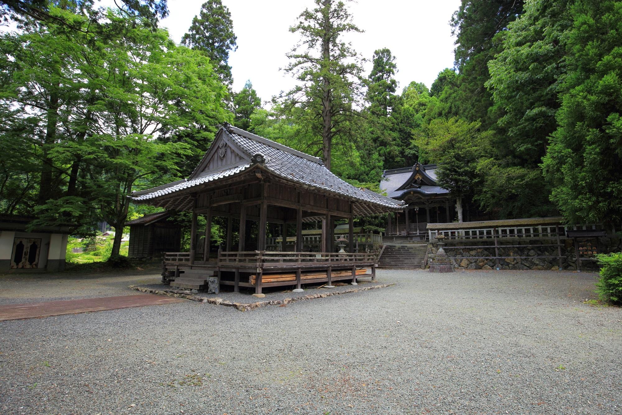 知井八幡神社の広々した境内
