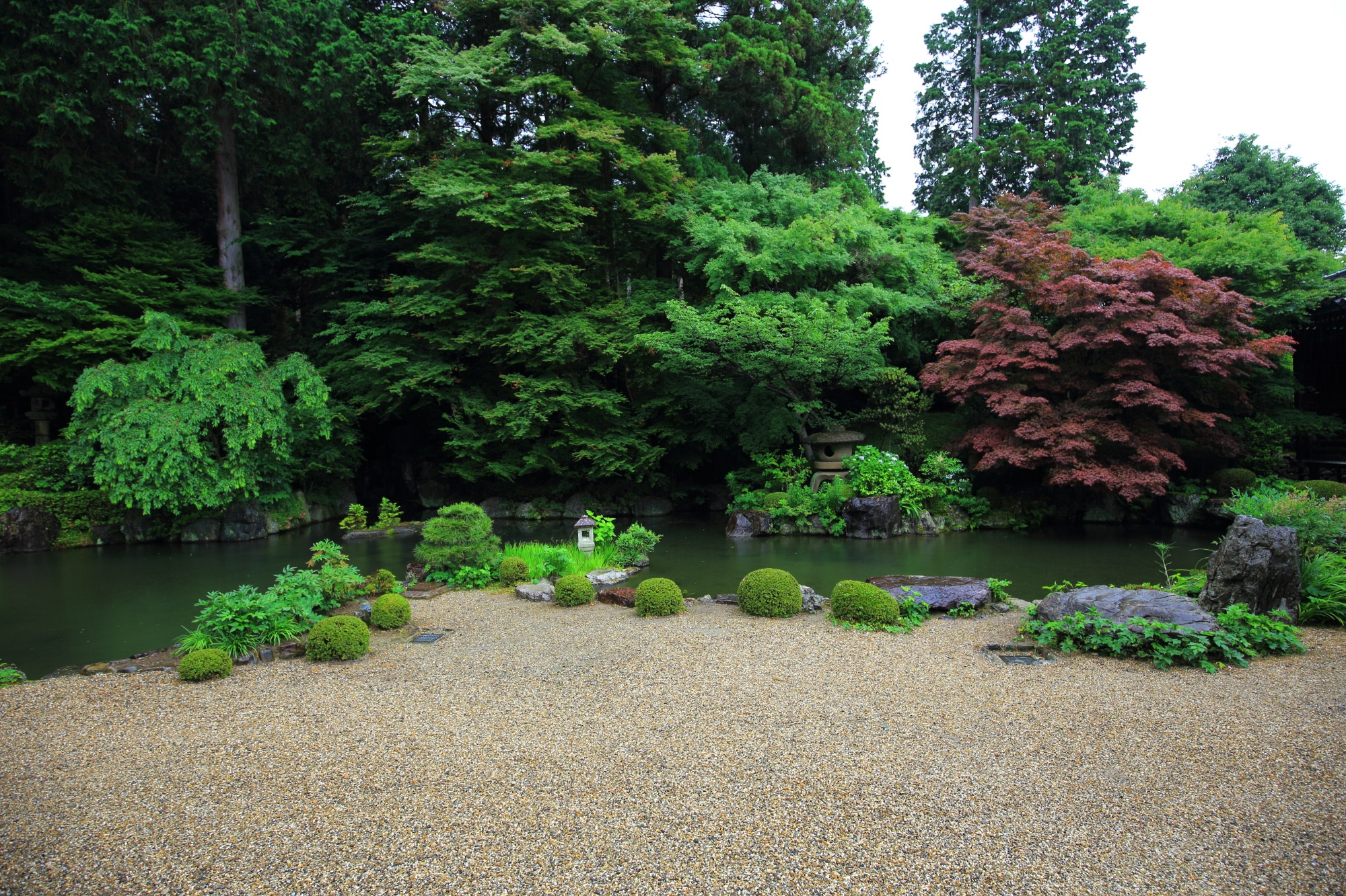 緑豊かな池泉式の庭園である善峯寺の蓮華寿院旧跡庭