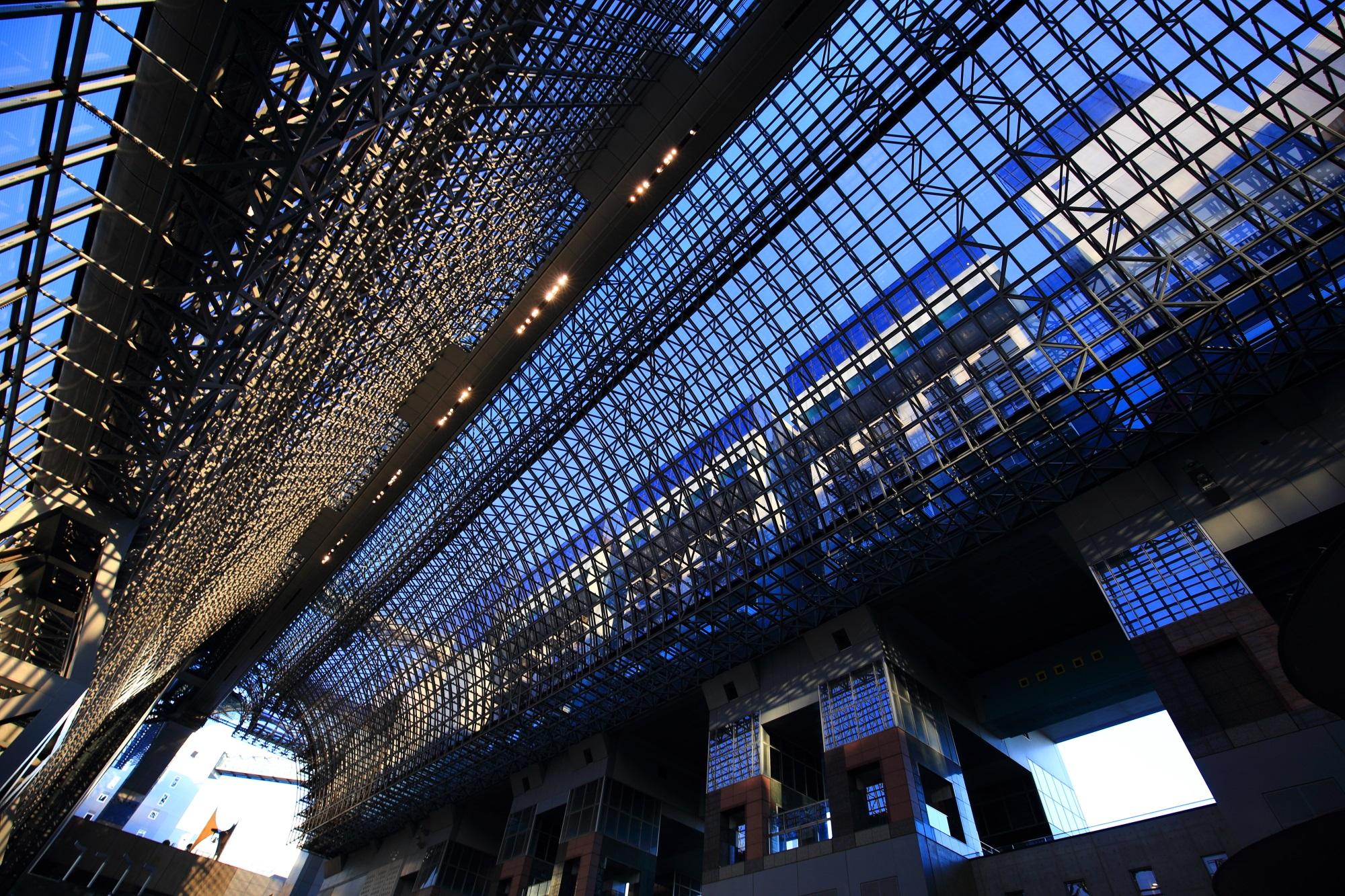 駅ビルの中から眺めた青空とガラス