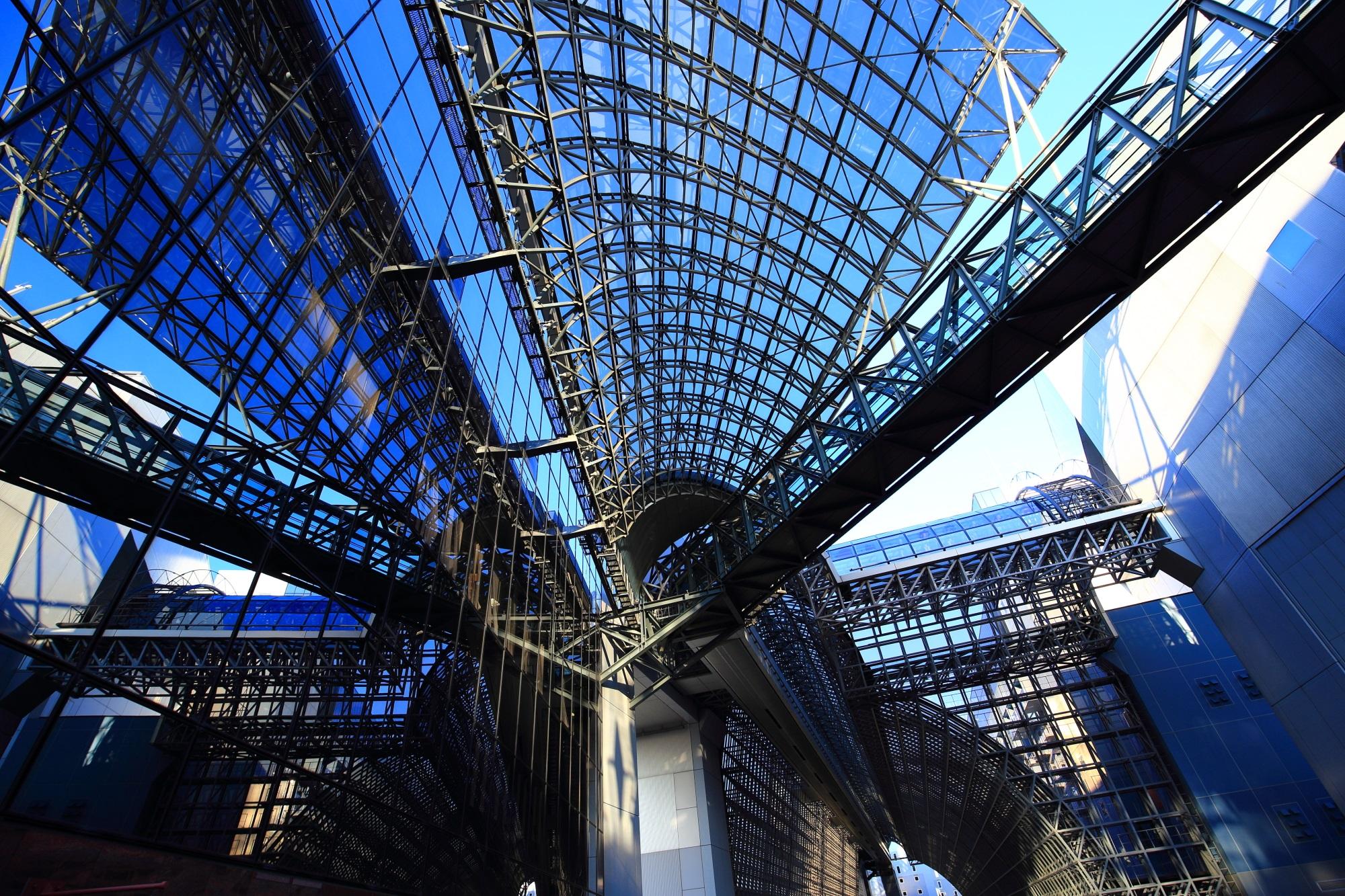 駅ビルのガラスと透きとおる青空