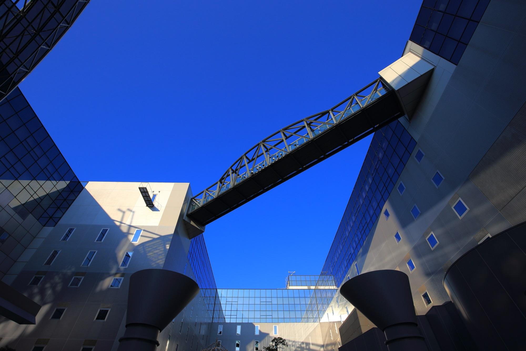 駅ビルと鮮やかな青空と空中経路