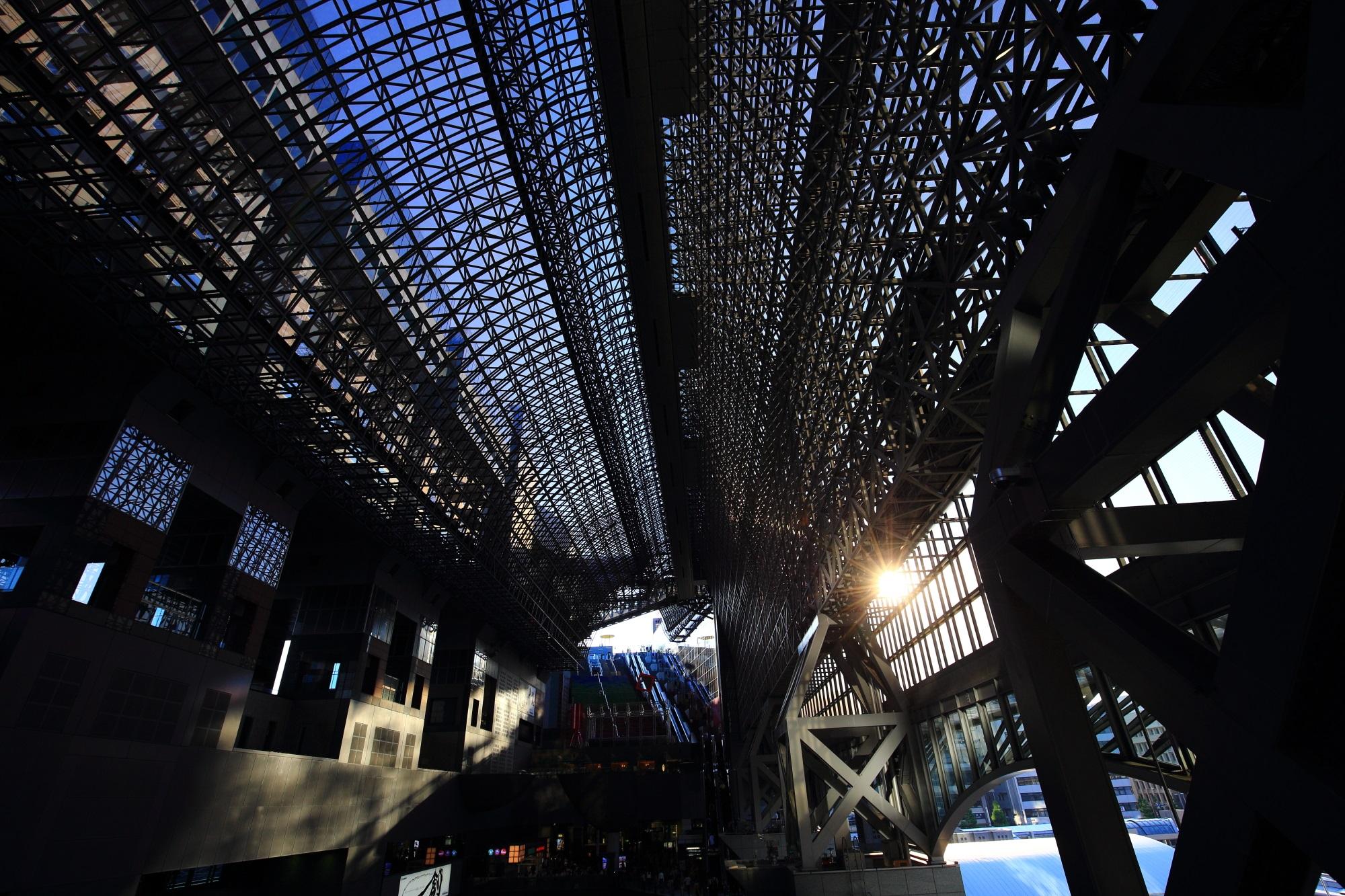 駅ビルの内側のガラス張りと太陽