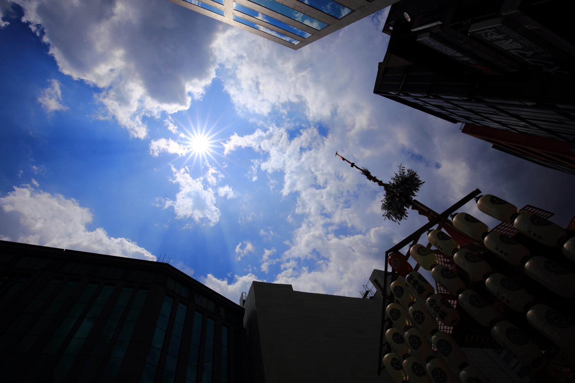 祇園祭の函谷鉾と青空と太陽