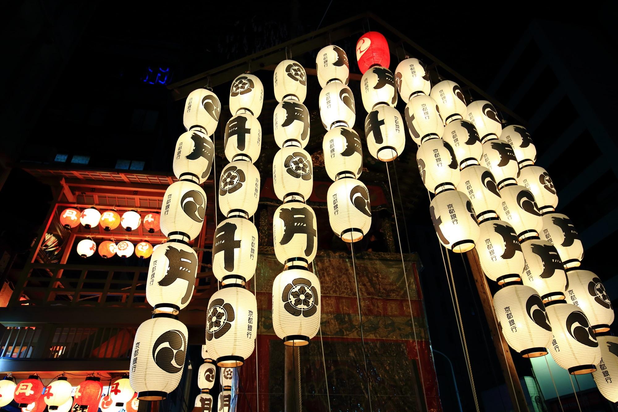 祇園祭の宵山の風情ある月鉾の駒形提灯