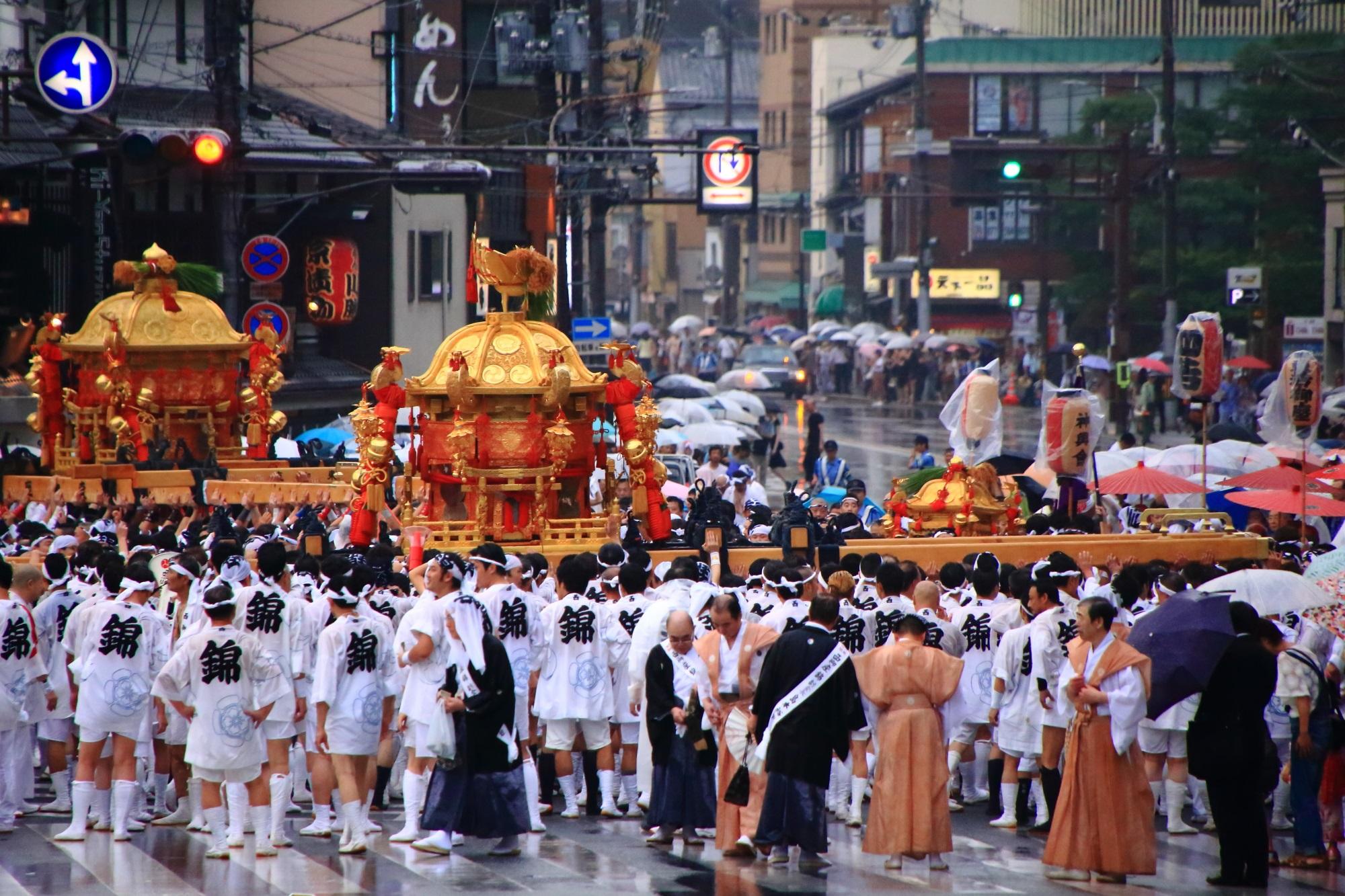 祇園祭の神幸祭の八坂神社前