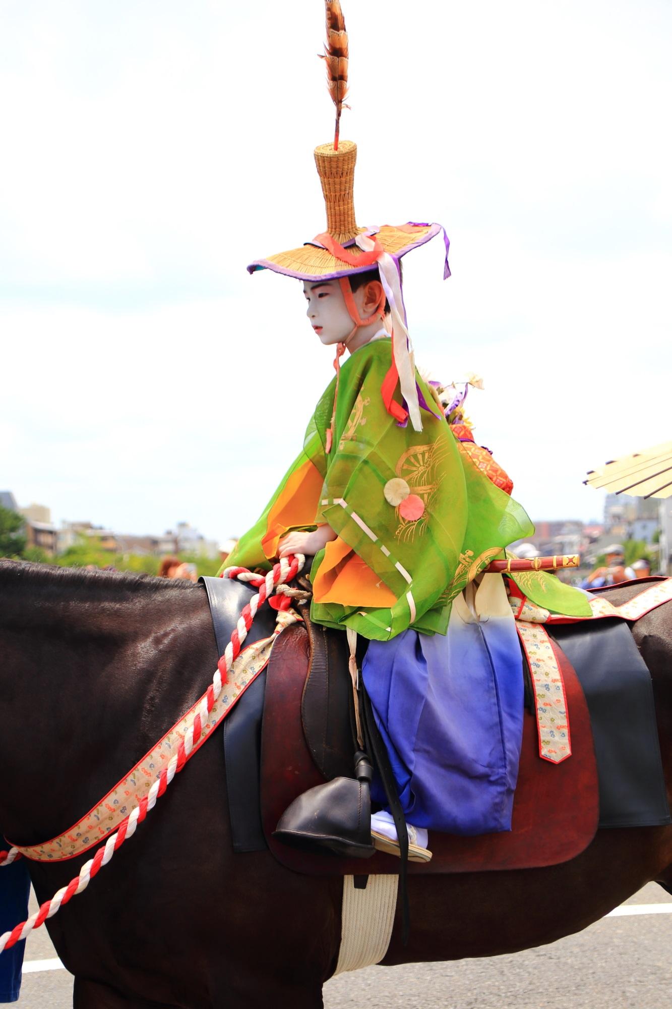 夏の風物詩の祇園祭の花傘巡行の馬長稚児