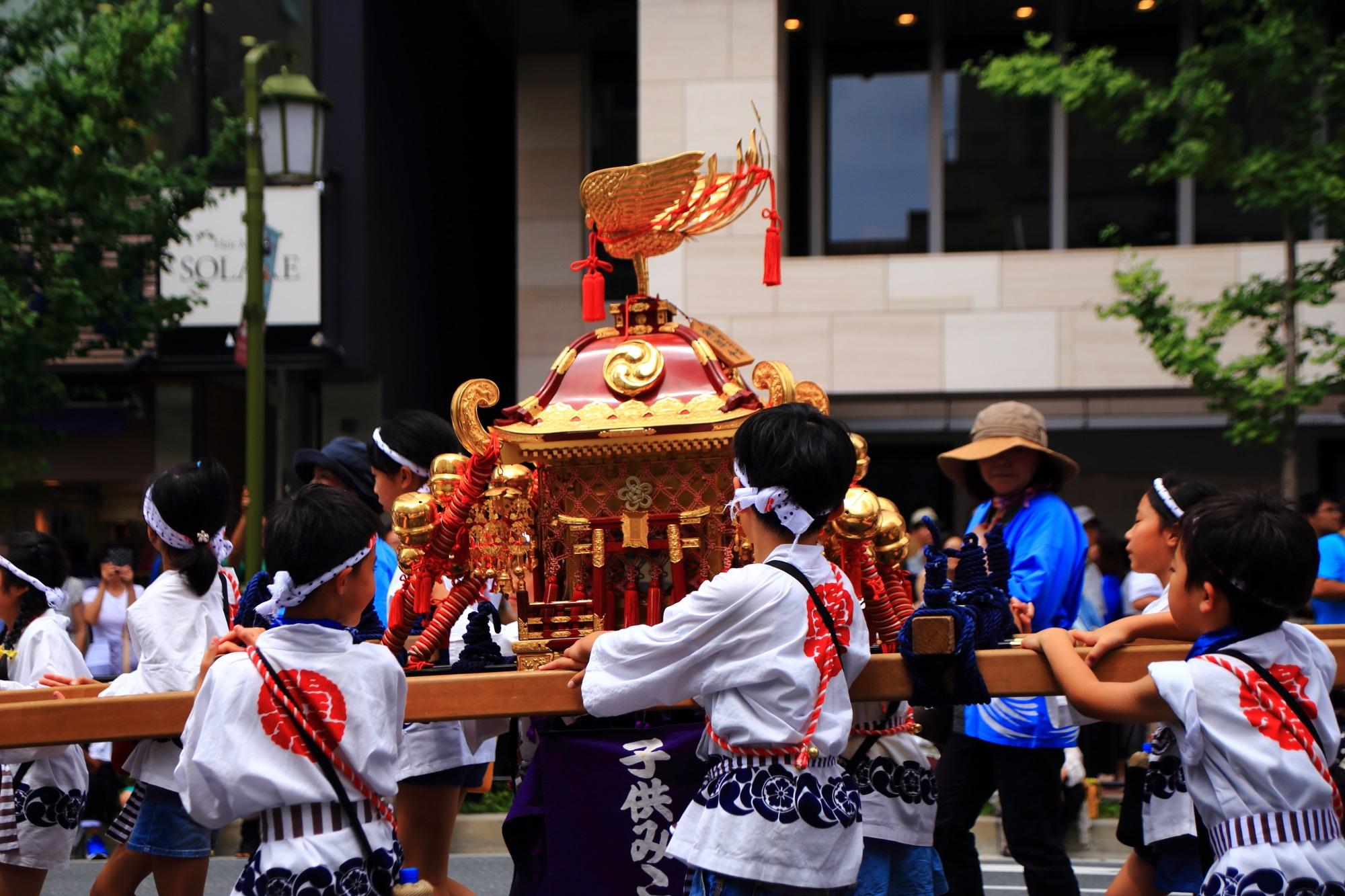 6日本三大祭の祇園祭の花傘巡行の子供神輿