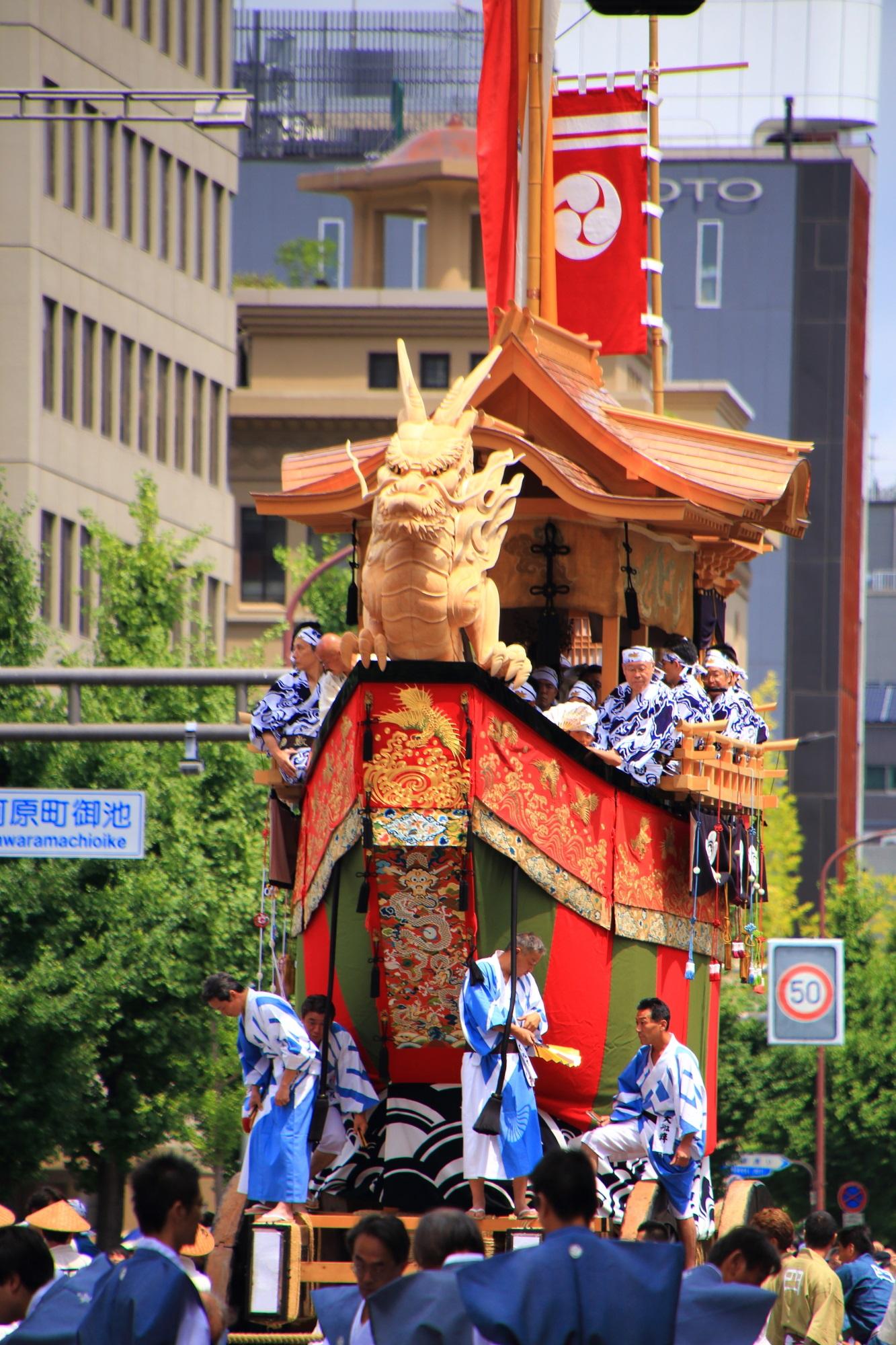 祇園祭後祭の山鉾巡行の龍頭をつけた大船鉾