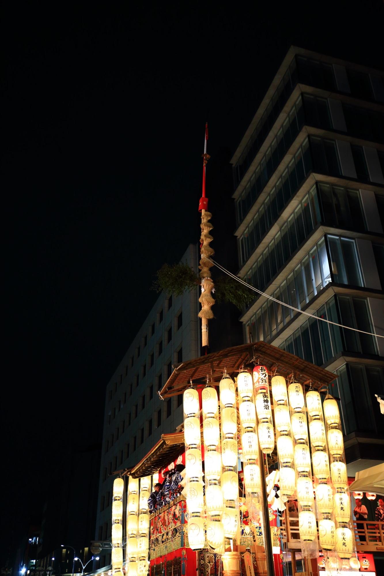 祇園祭の宵山の人気の大きな長刀鉾