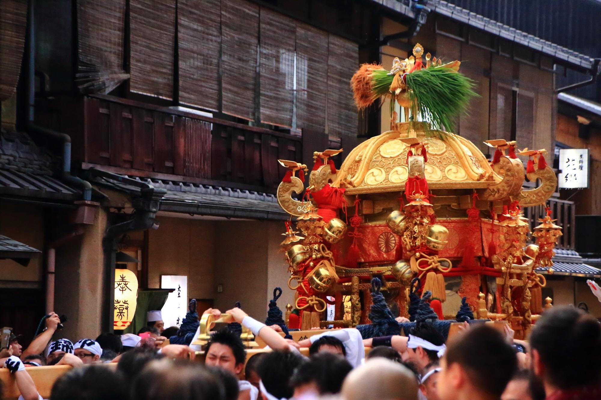 祇園祭の神輿渡御の花見小路通
