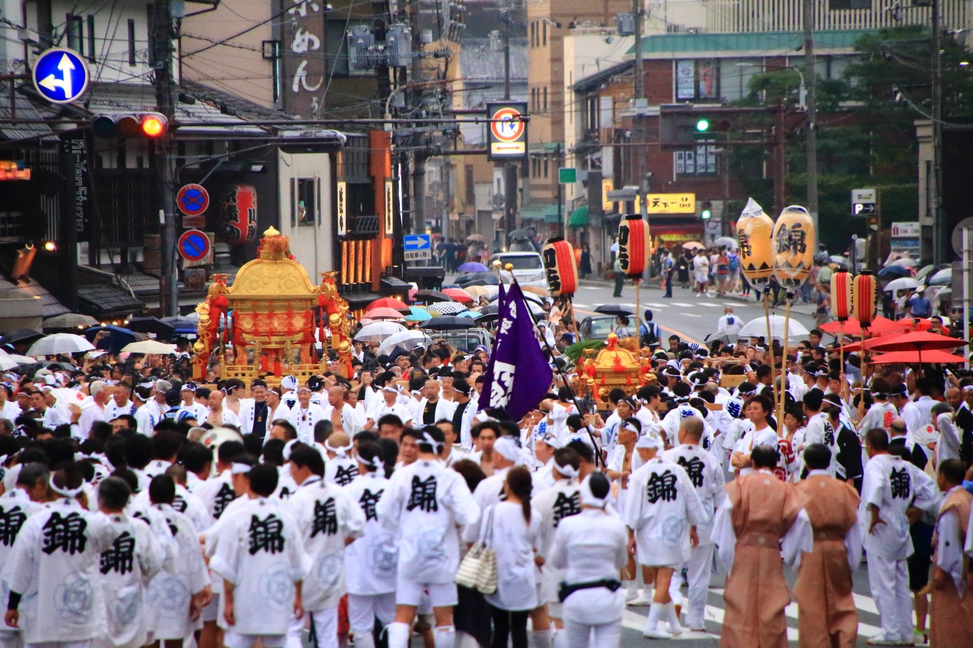 祇園祭の神幸祭の神輿の差し上げ
