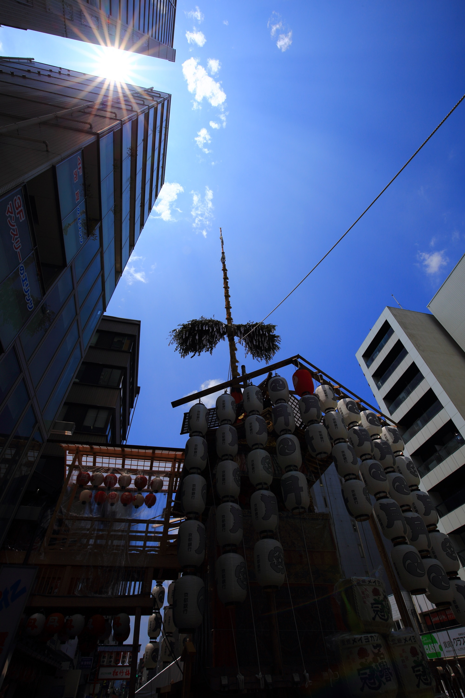 京都の夏の風物詩の祇園祭の月鉾と太陽と青空