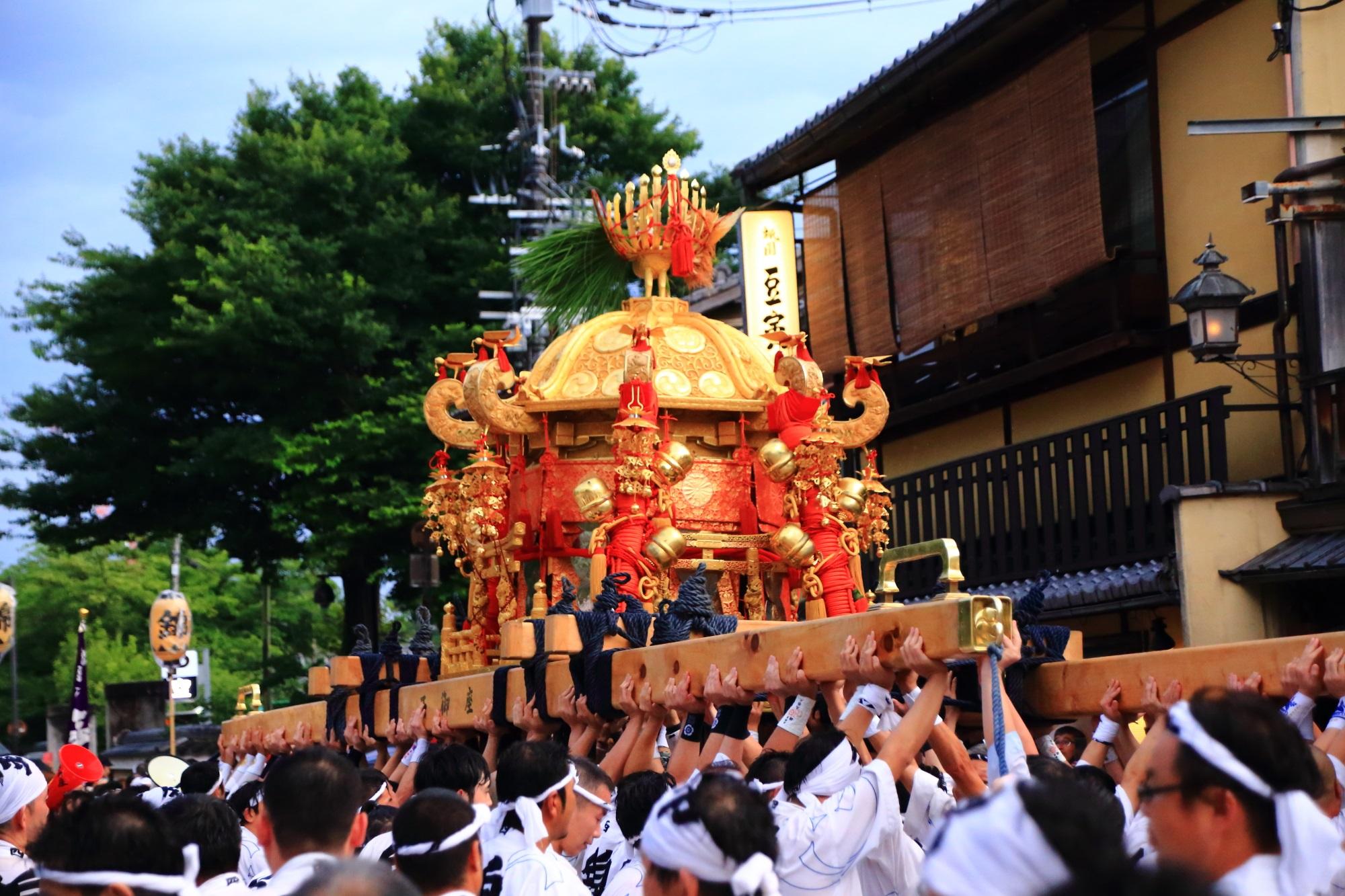 京都三大祭の祇園祭の神輿渡御(みこしとぎょ)