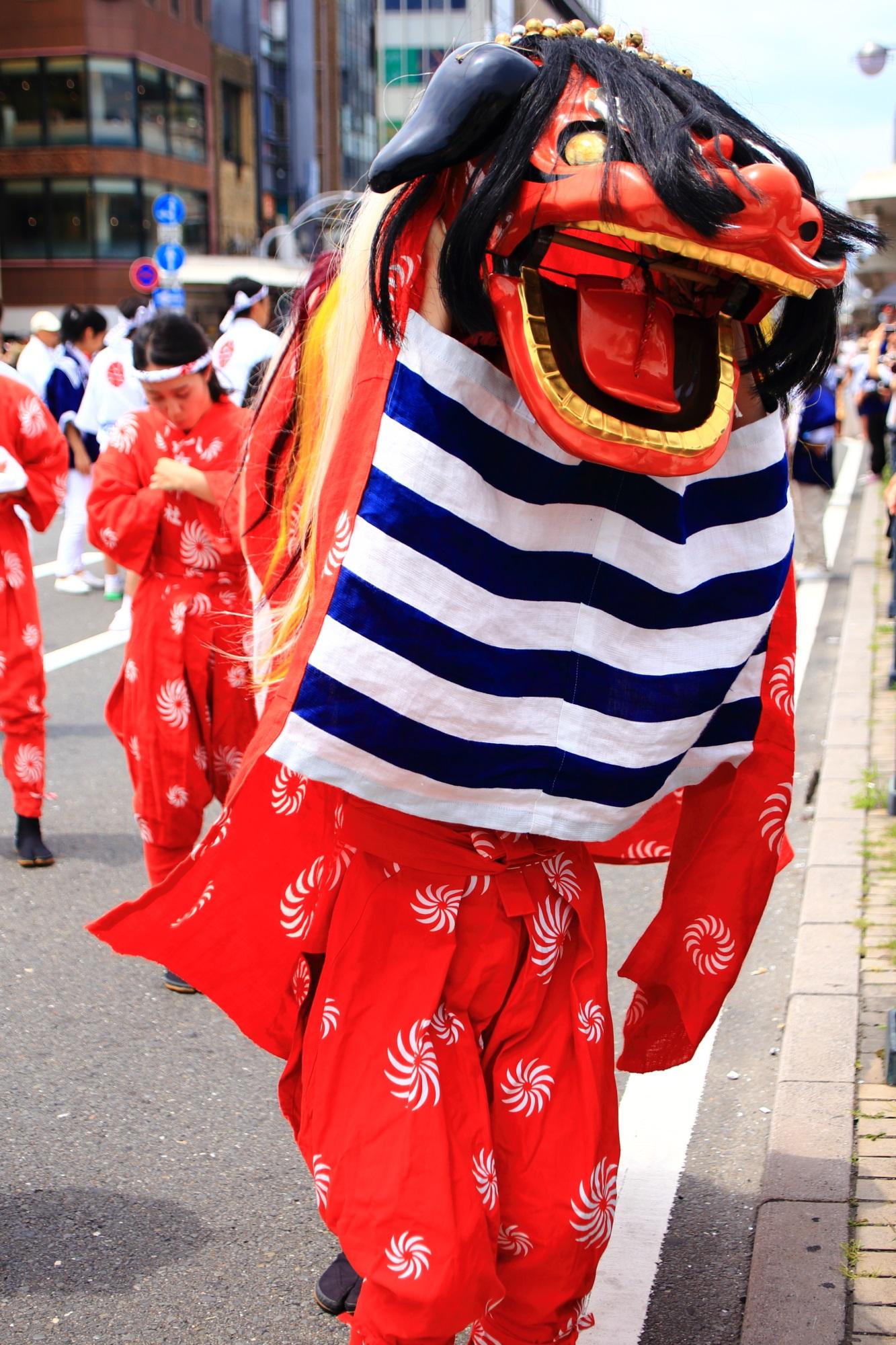 祇園祭の花傘巡行の頭をかじってくれる獅子舞