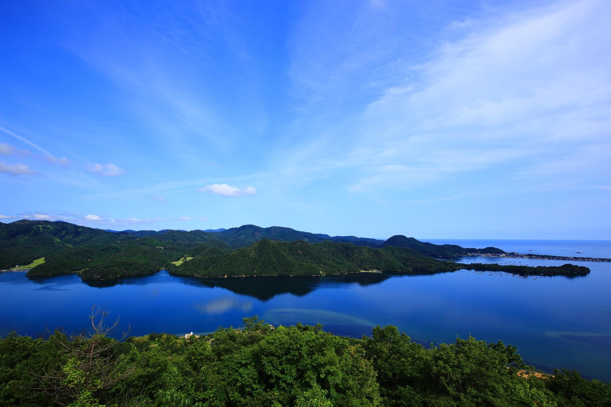 広がる見事な青色をした日本海と久美浜湾