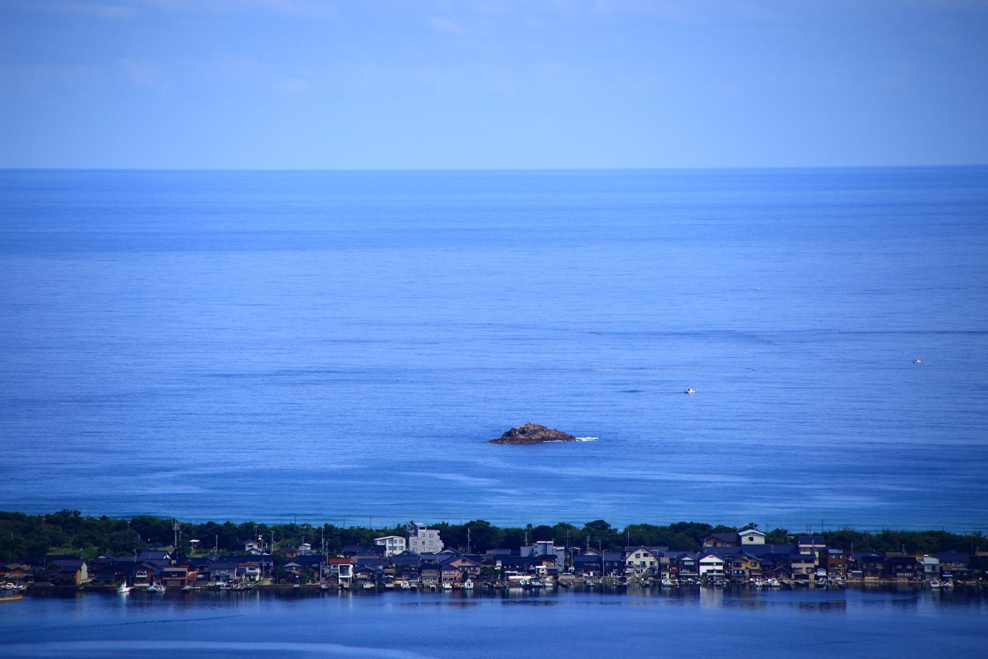 久美浜湾と日本海の間の砂州(中州)に建ち並ぶ海の家
