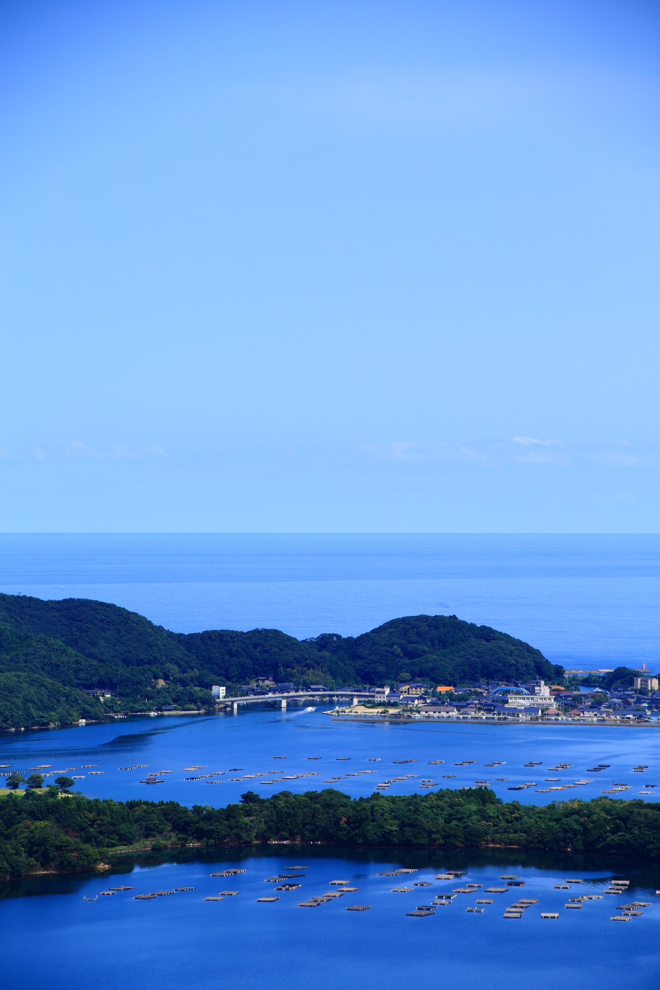 どこまでも広がっていきそうな久美浜湾と日本海と空