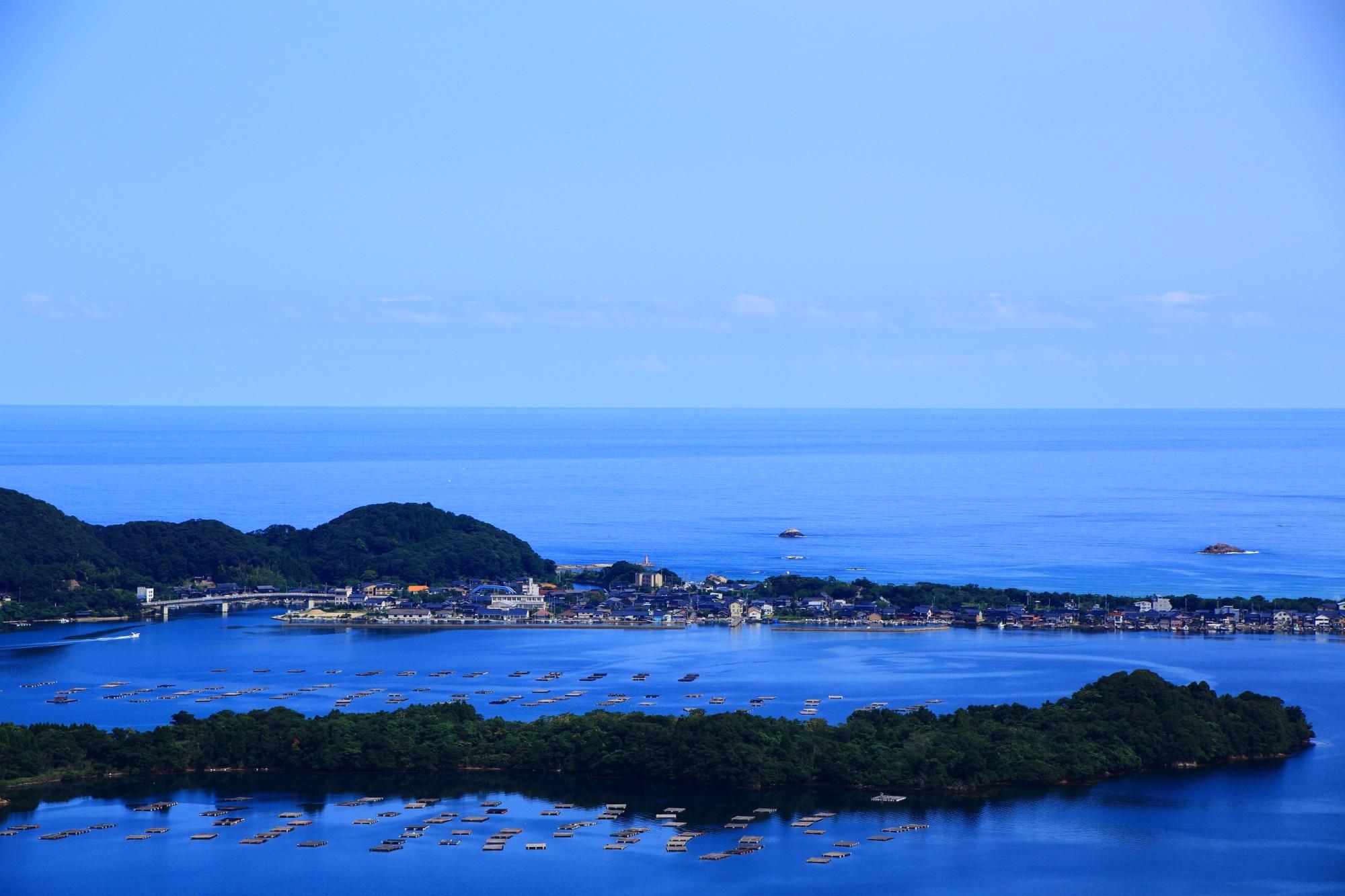 小天橋(しょうてんきょう)と久美浜湾の奥に広がる日本海