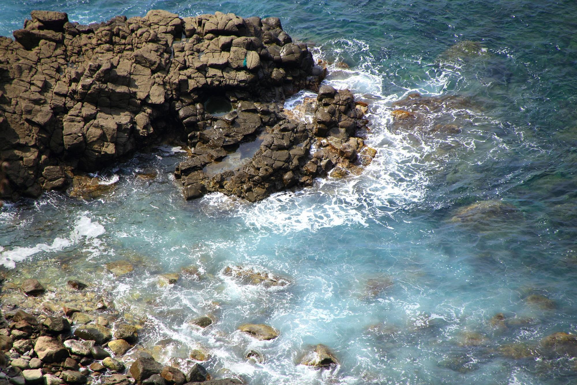 犬ヶ岬の岩に当たって弾け飛ぶ美しい白波