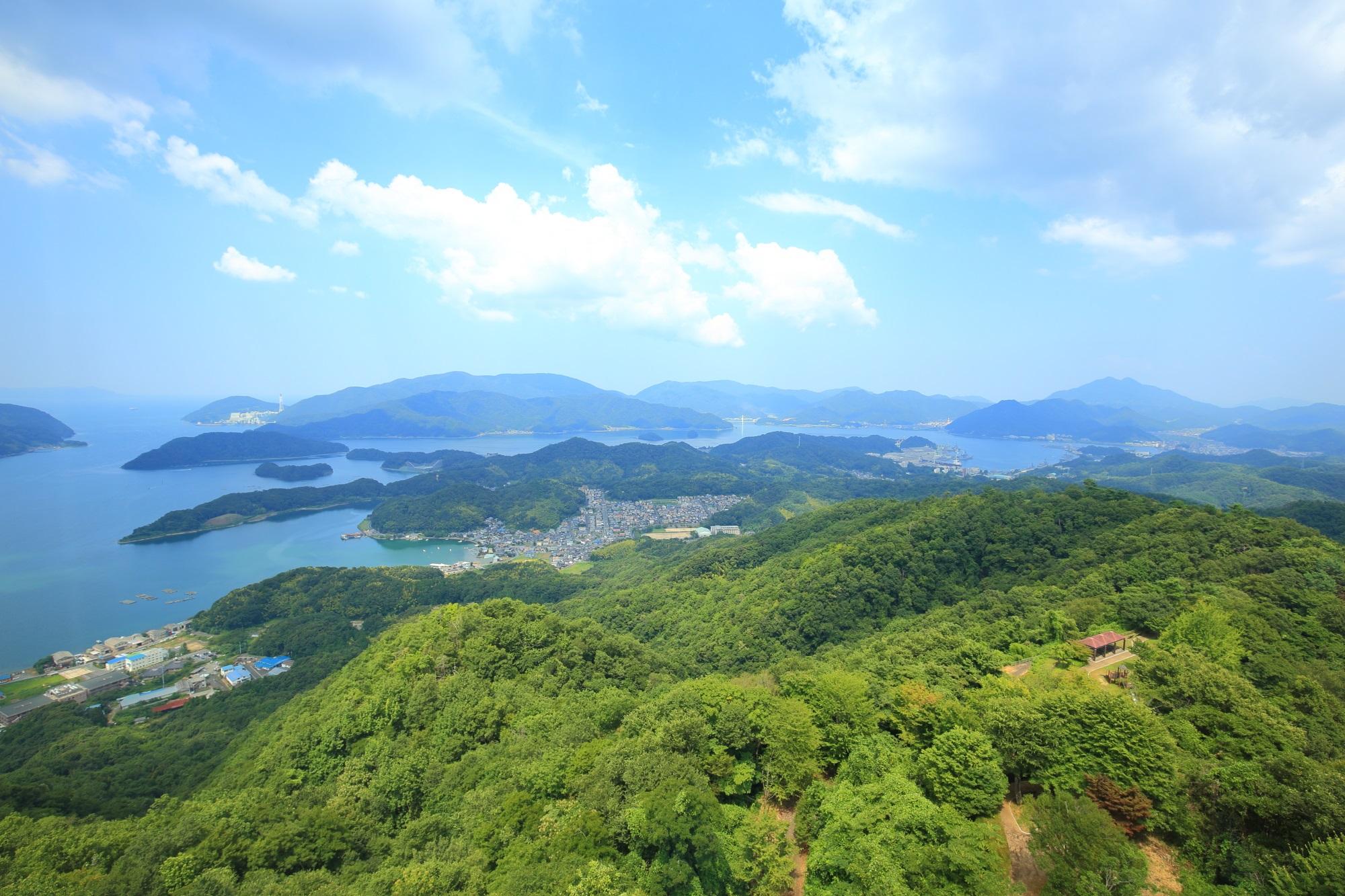 日が当たって緑色に見えてきた五老スカイタワーから眺める舞鶴の山々