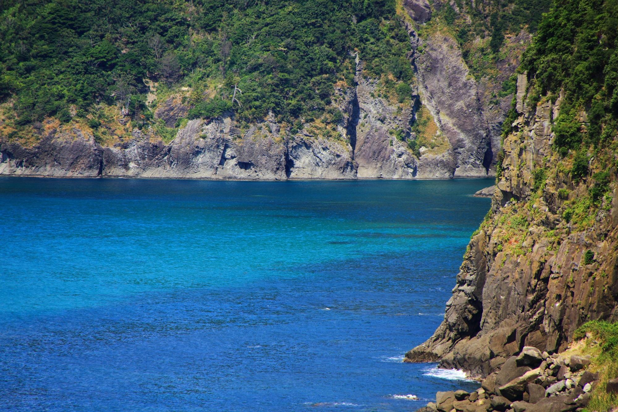 犬ヶ岬の断崖絶壁に囲まれた見事な青い空間